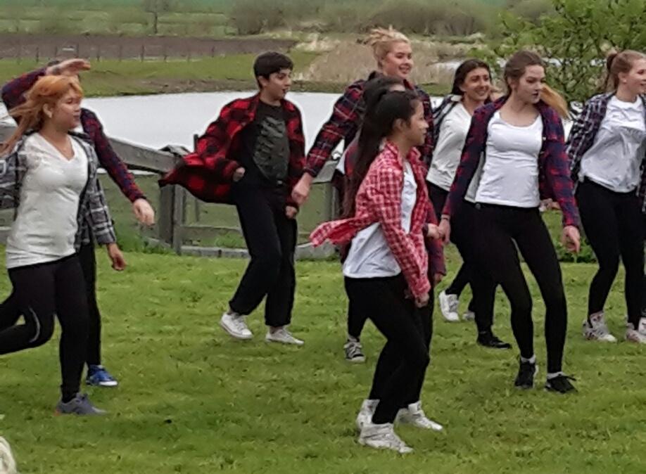 Dansgrupp på Norra Borgasgård
