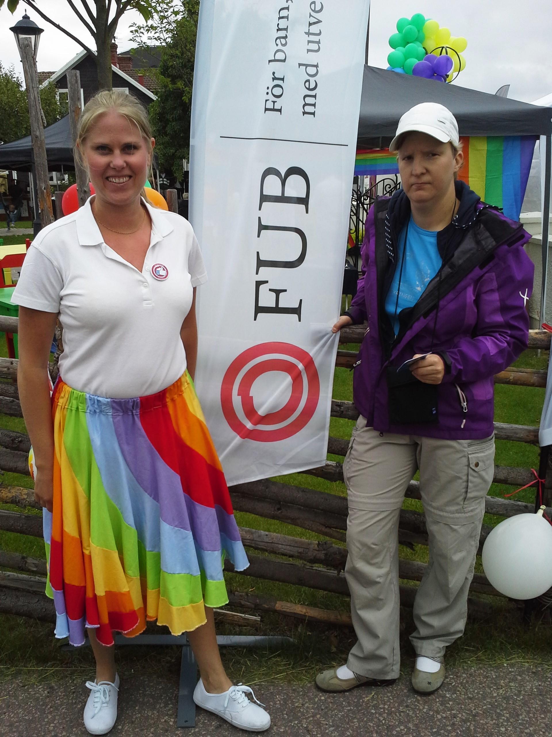 Anna och Elin har fått upp FUB beachflag
