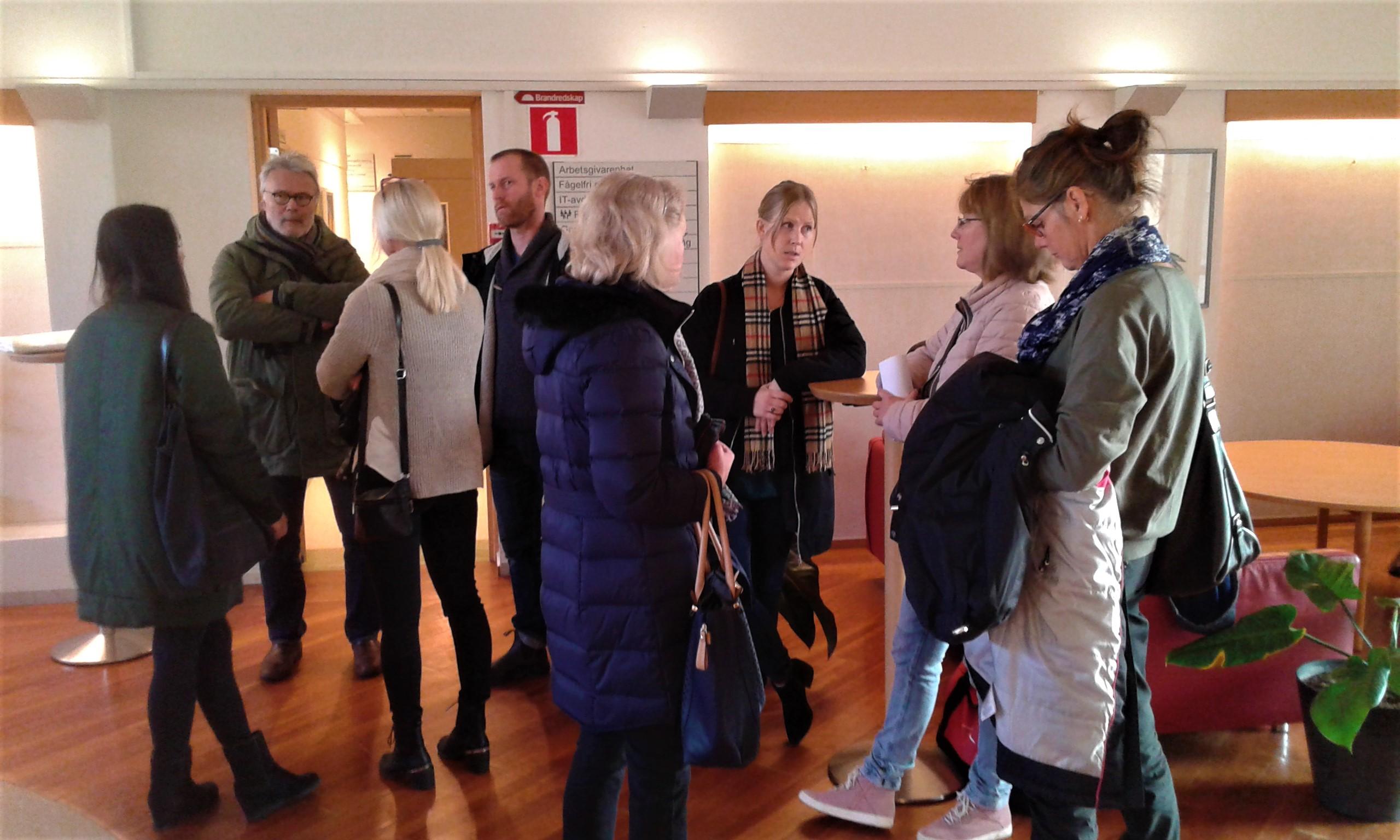 Föräldrar väntar på att bli insläppta i KS salen