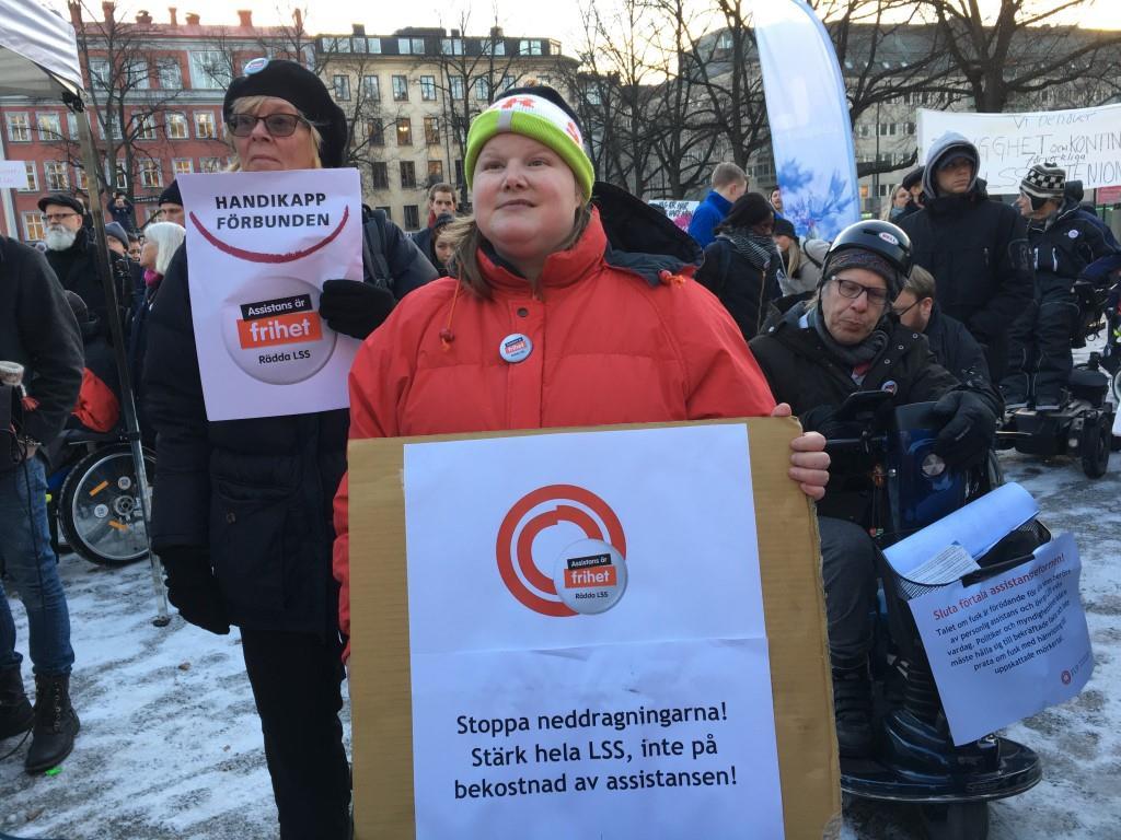 Annika Nyström-Karlsson från Handikappförbunden, Katarina Garmavölgyi och Roger Andersson från FUB Stockholm på Assistans är frihet! Rädda LSS!-manifestation Stockholm 3 december 2016