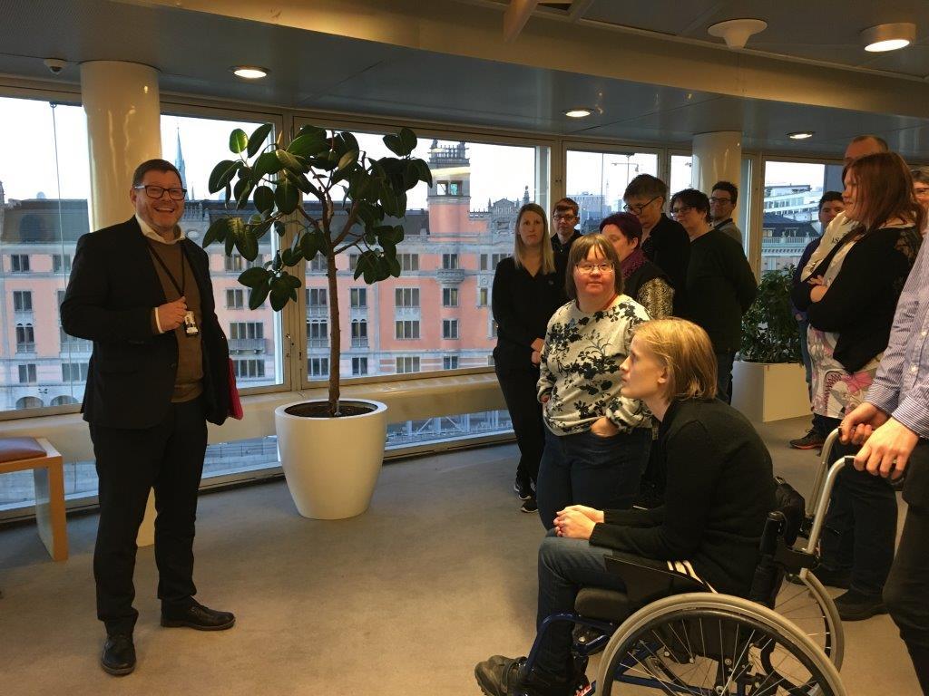 Anpassad IT-deltagarna besöker riksdagen efter prisutdelning av Arvsfondens guldkorn 2018. Per Lodenius berättar om riksdagsarbetet.