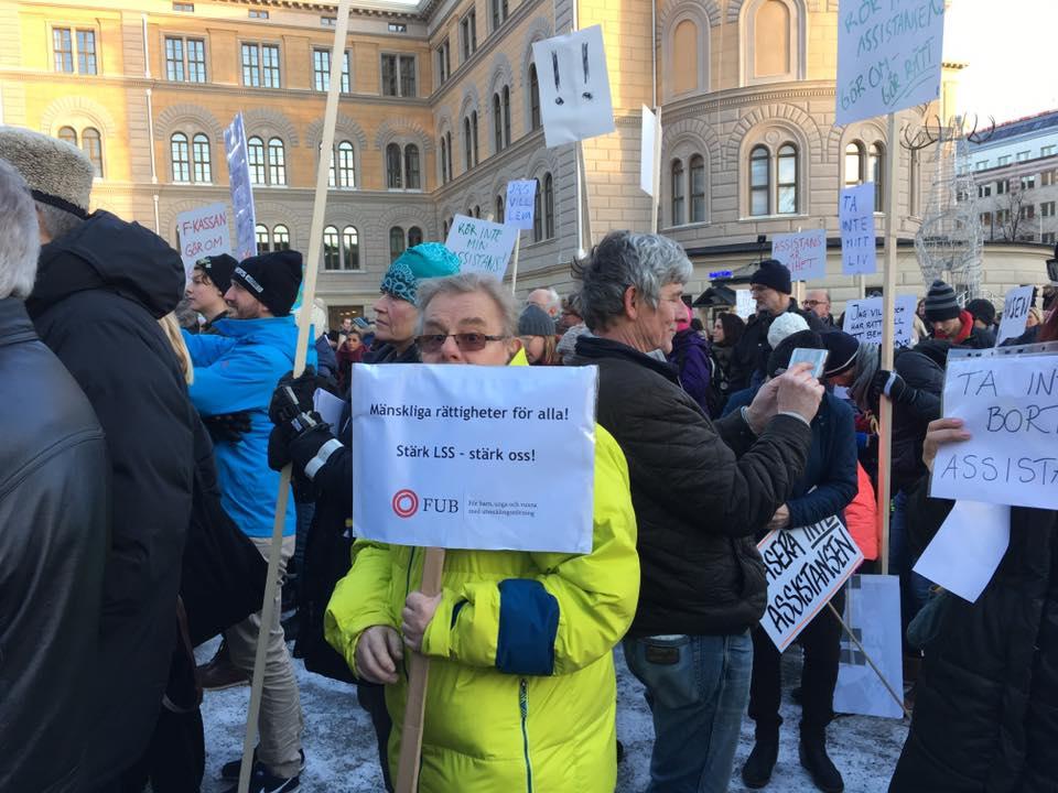 Conny Bergqvist och många andra på Assistans är frihet! Rädda LSS!-manifestation i Stockholm 3 december 2016