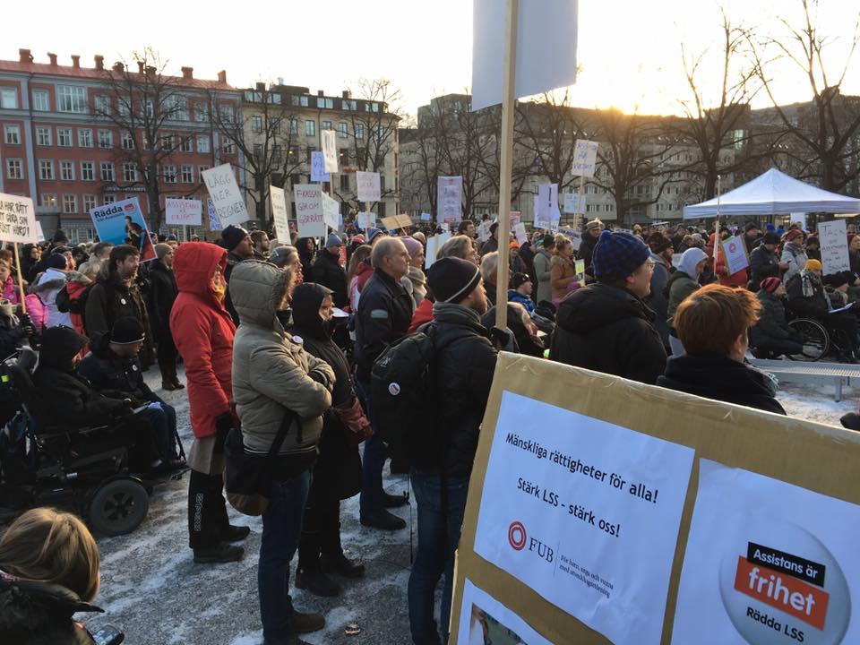 Flera hundra demonstranter på Assistans är frihet! Rädda LSS!-manifestation Stockholm 3 december 2016