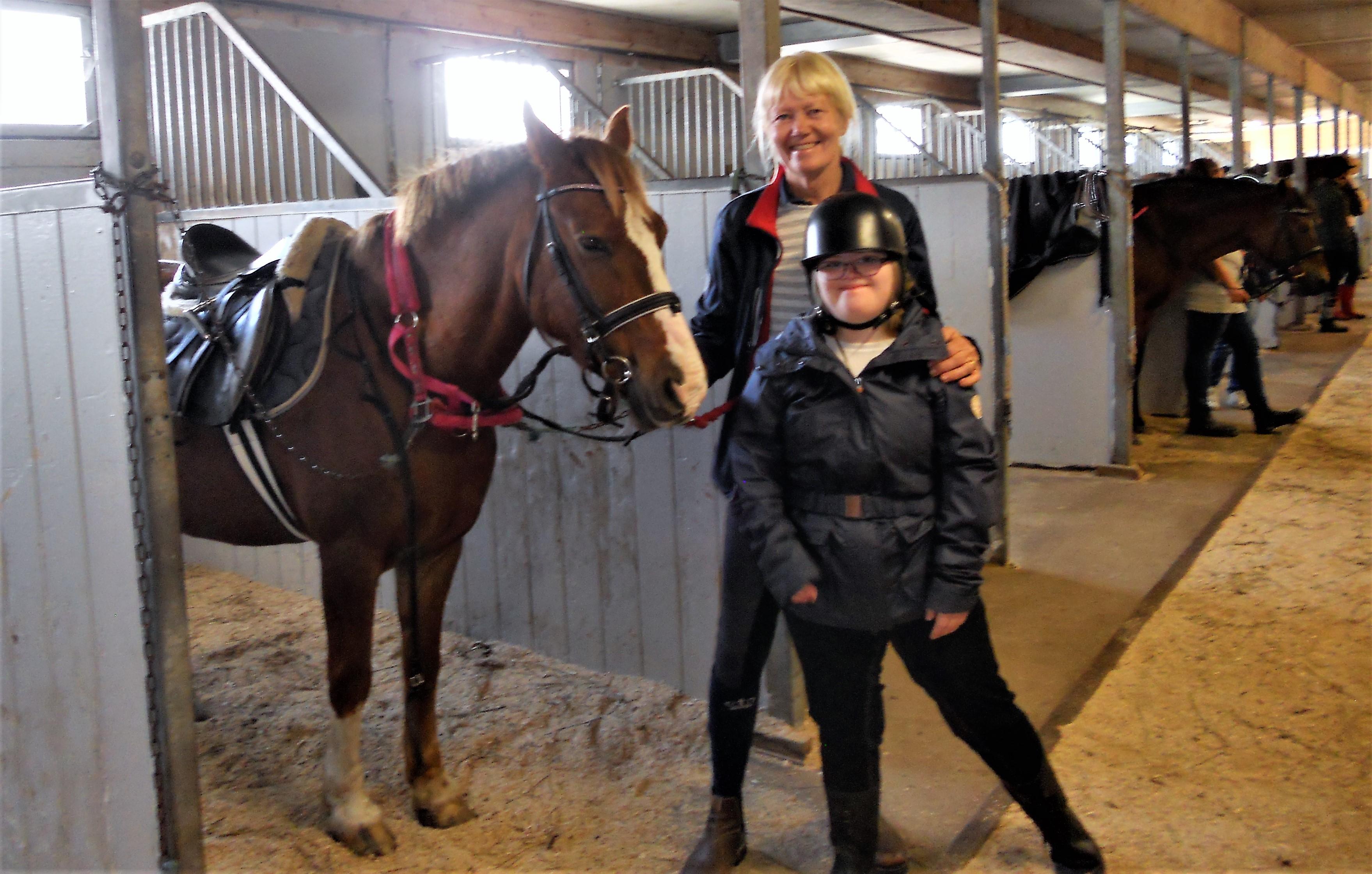 Maja har sadlat sin häst