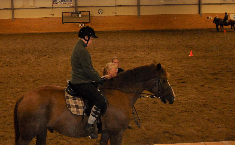 Elin sitter på hästen