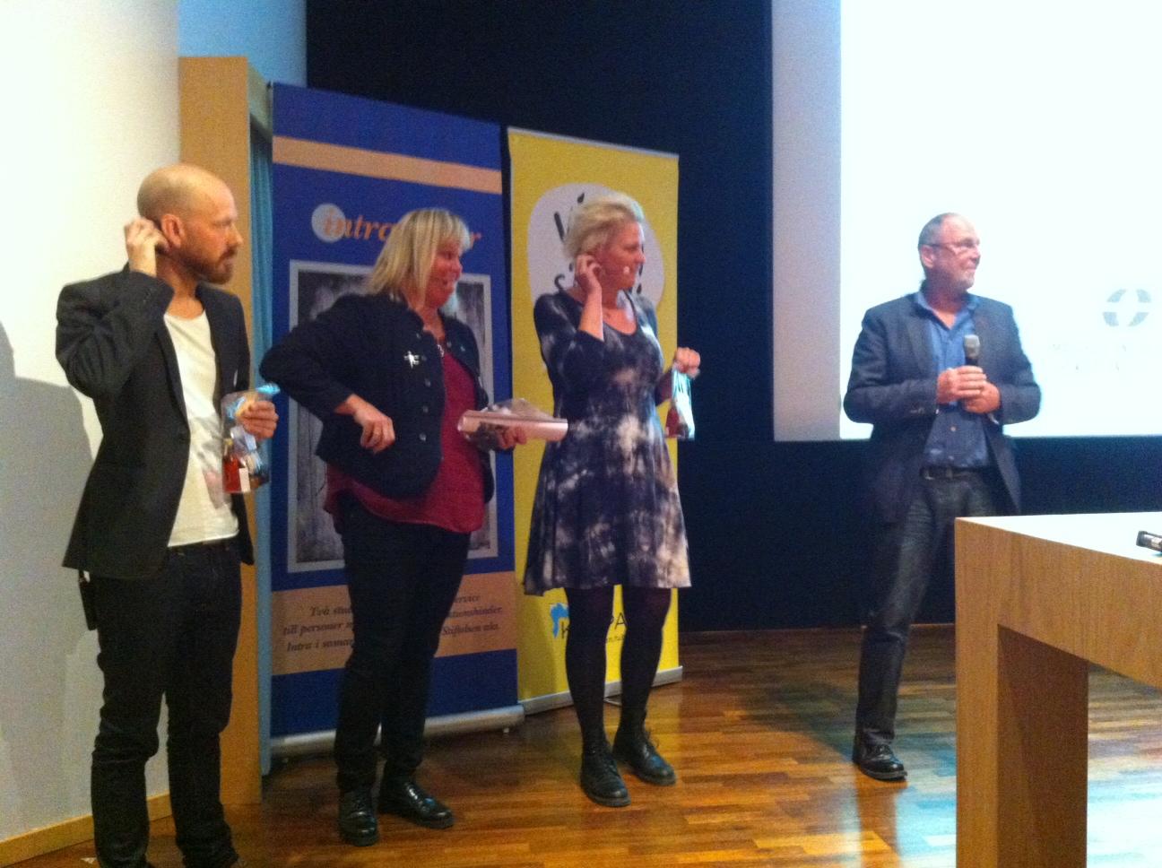 Föreläsarna från Eskilstuna som berättade om Pedagogiskt föhållnings- och Arbetssätt får sina presentpåsar från dagliga verksamheten Glasade Gången