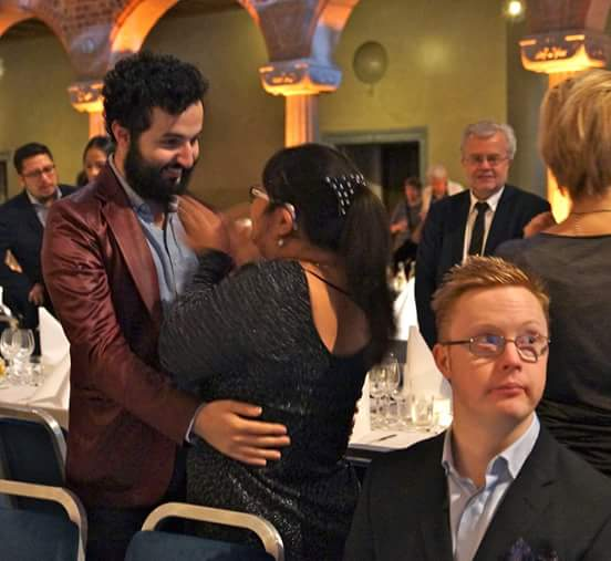 Soran Ismail och Victoria Valverde med Viktor Barkström i förgrunden