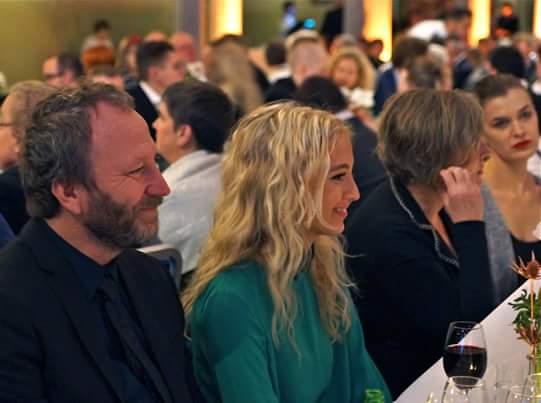 Sören Olsson med sällskap vid bordet