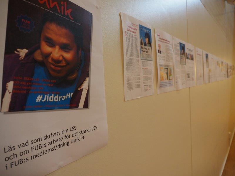 FUBs förbundsstämma 2017 LSS-frågan tar plats på väggen och i samtal. På väggen i konferenssalen finns sidor ur Unik som handlar om LSS.
