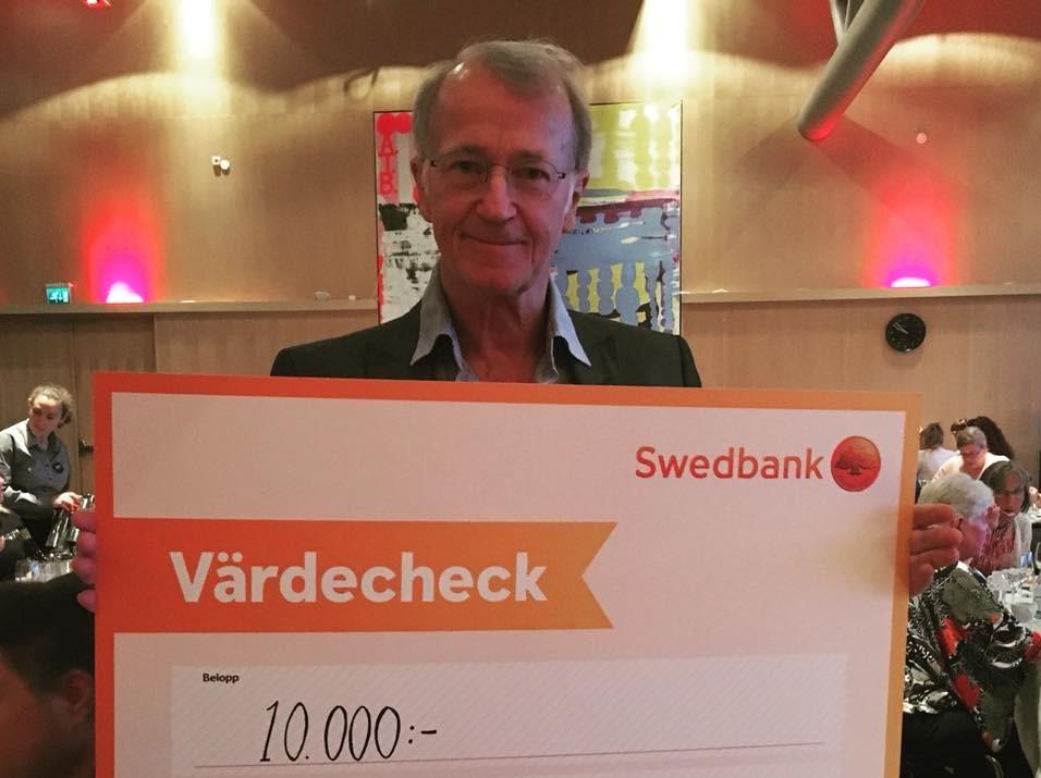 FUB:s förbundsstämma 2018 Tom Alandh med check för FUB:s hederspris