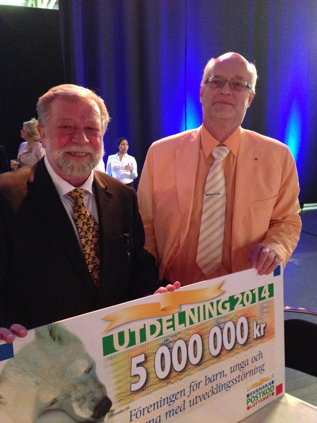 FUBs ordförande Thomas Jansson och kanslichef Lars Stensborg med PostkodLotteriets miljon-check
