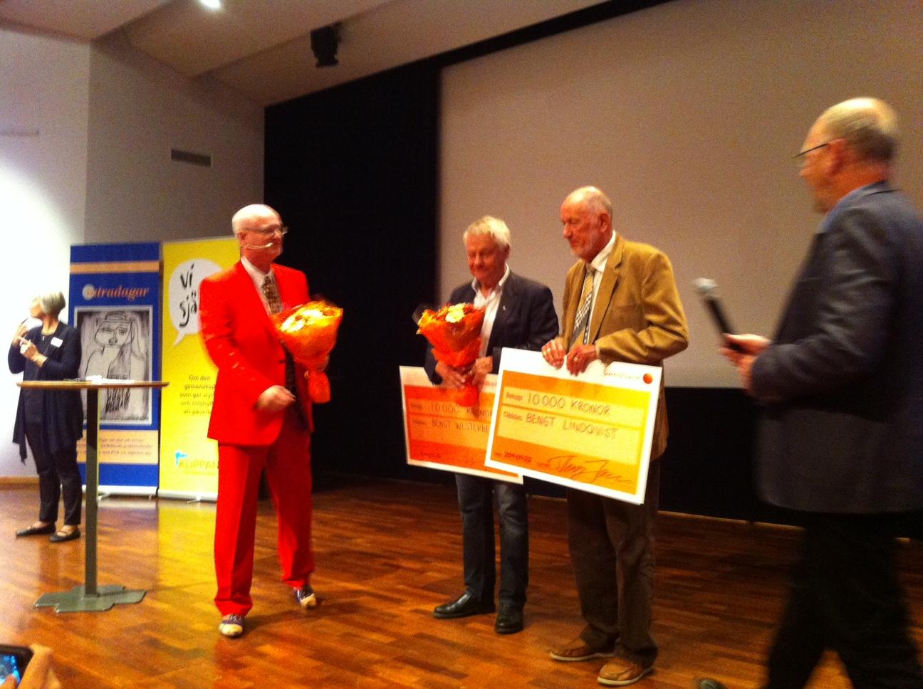 Thomas Jansson delar ut FUB:s hederspris till Bengt Westerberg och Bengt Lindqvist med assistans av Hans Hallerfors