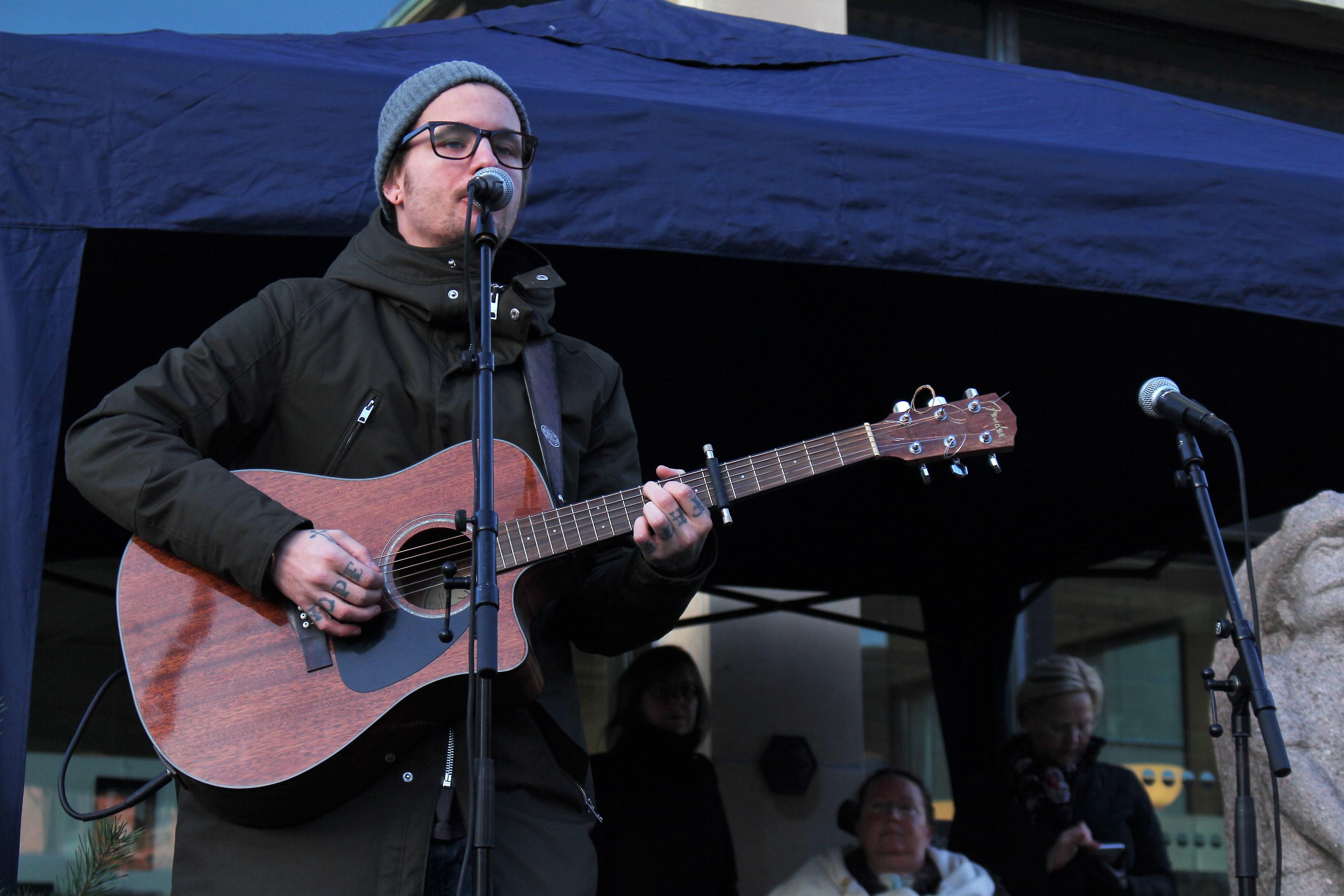 Mikael Geertinger spelar och sjunger