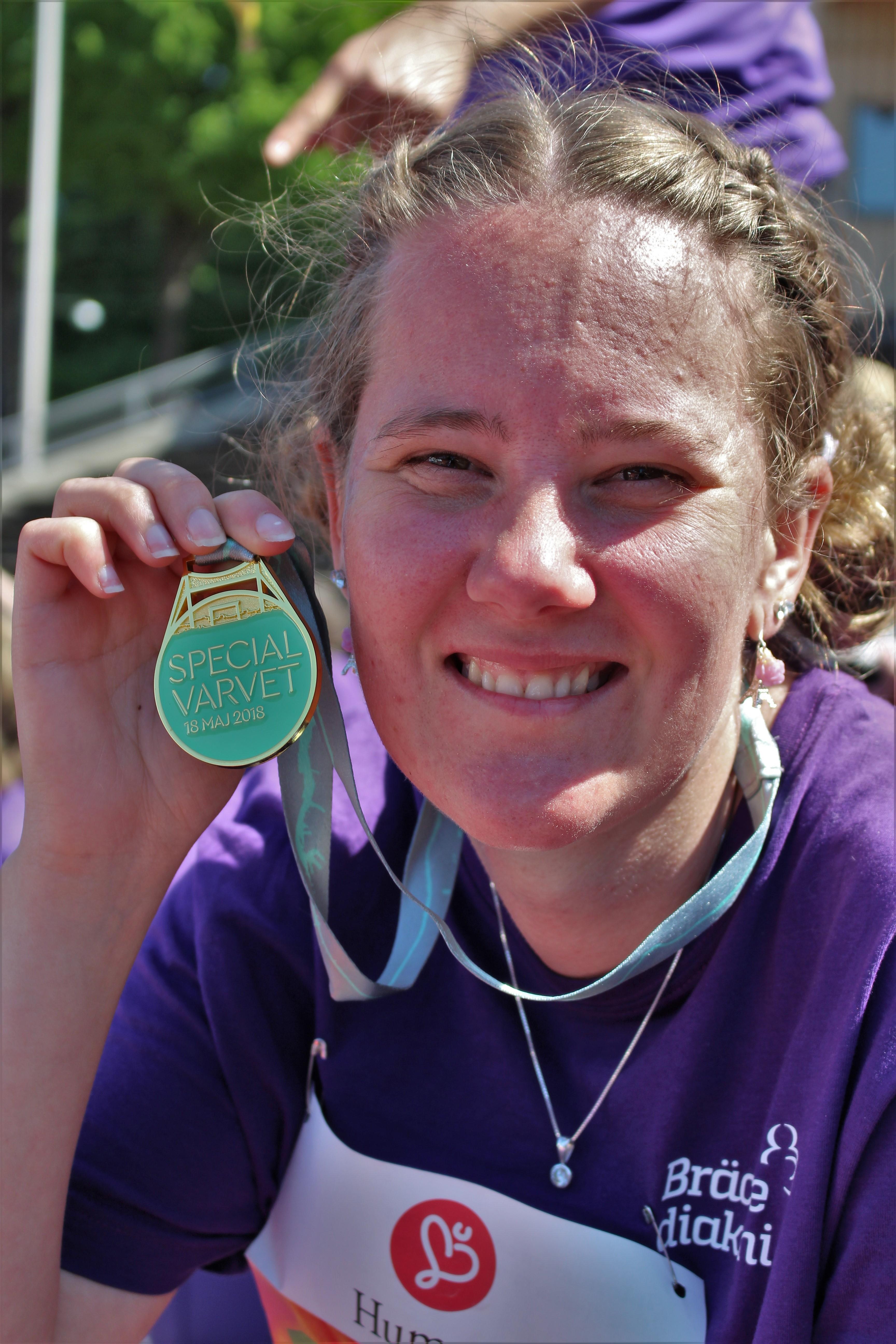 Sara med sin medalj