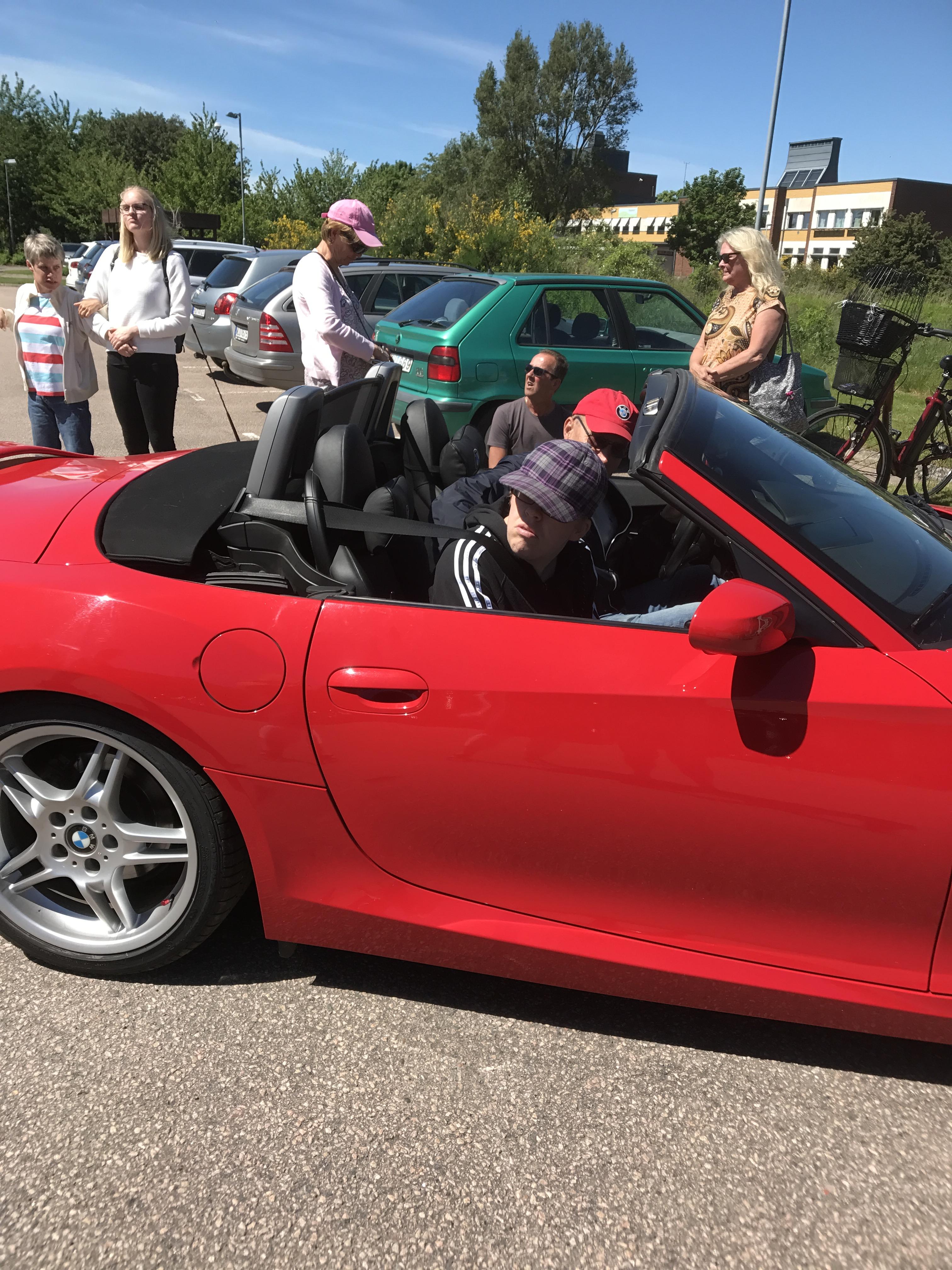 Jennyann i en fin bil