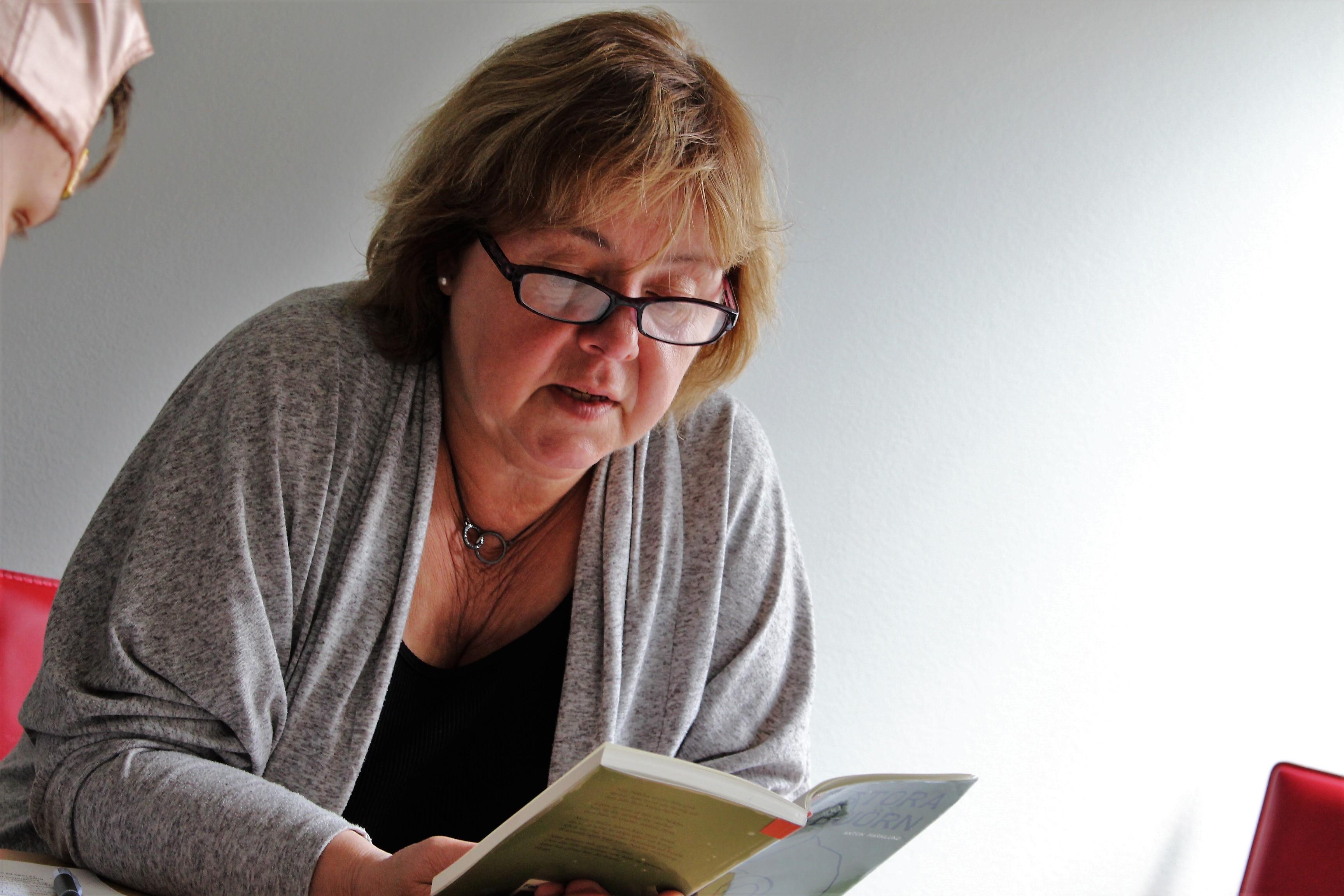 Agnetha läser en bok