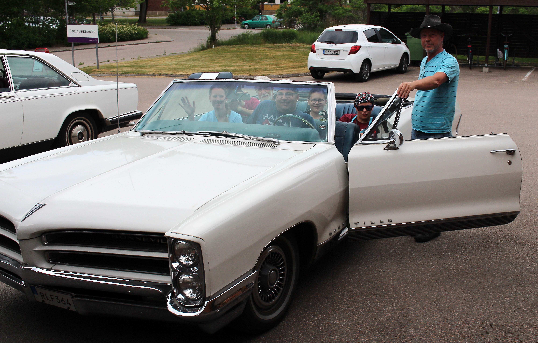 Lars med sin bil och passagerare