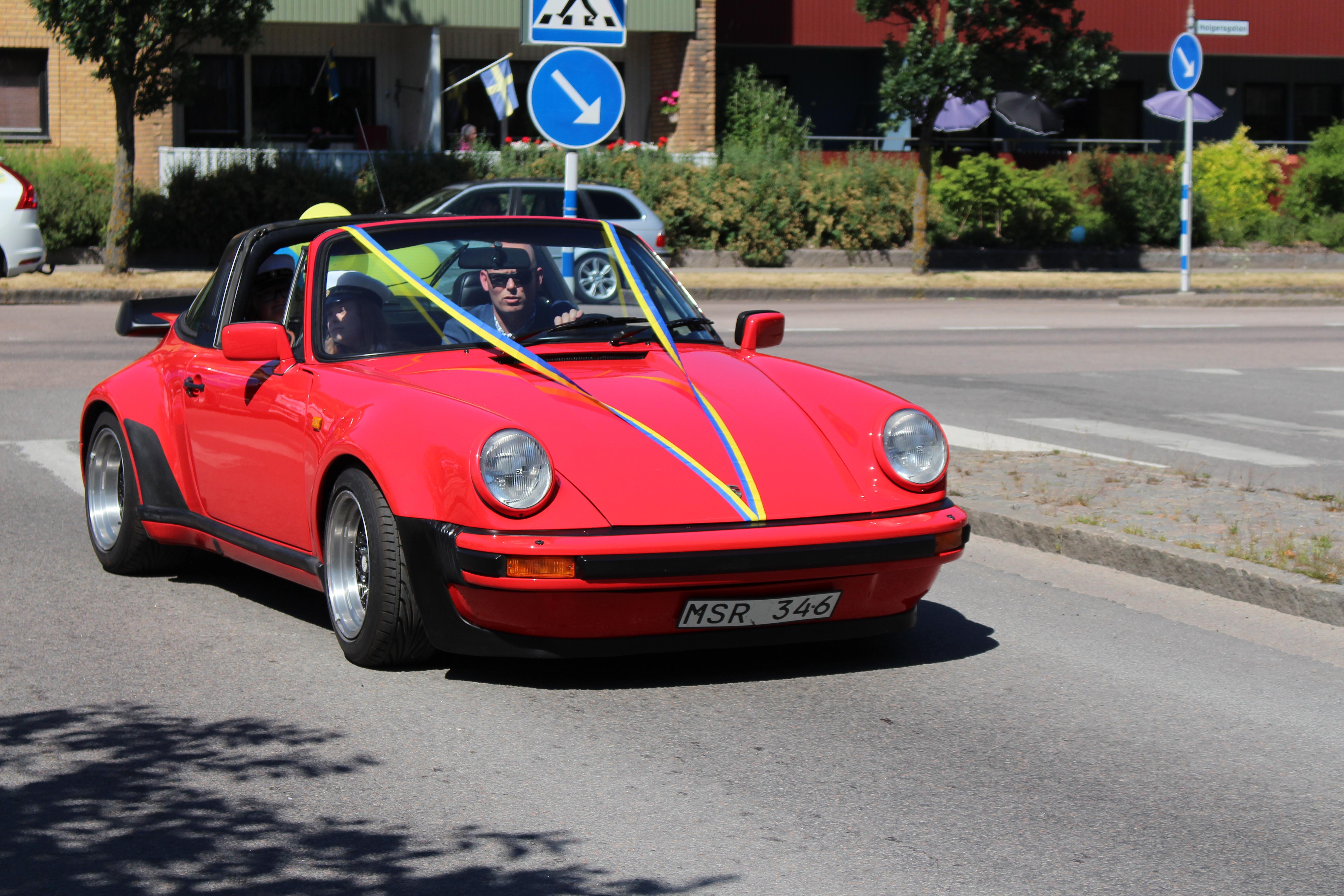 Ebba och Ebba med röd bil i kortegen