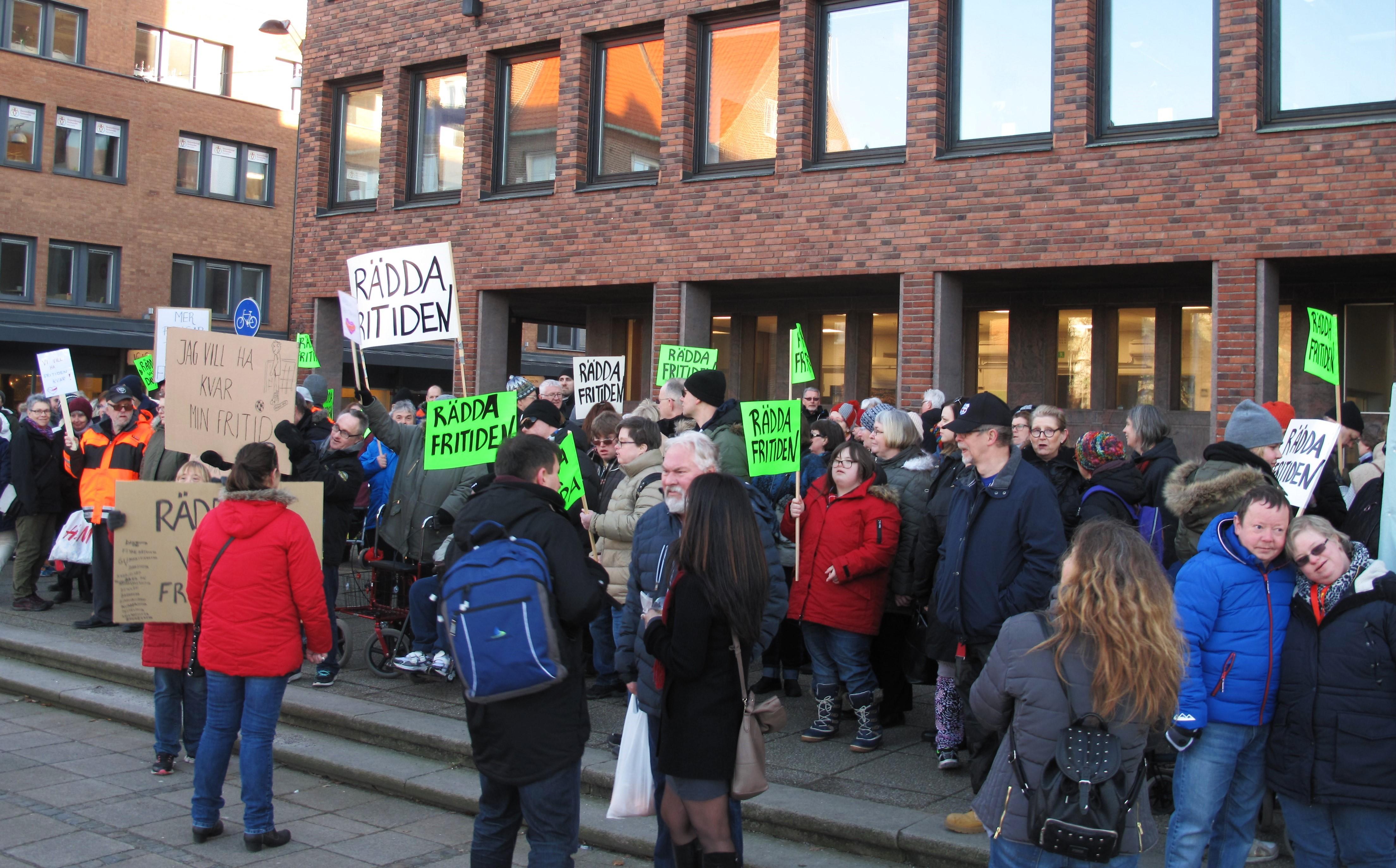 Demonstration utanför Halmstad rådhus