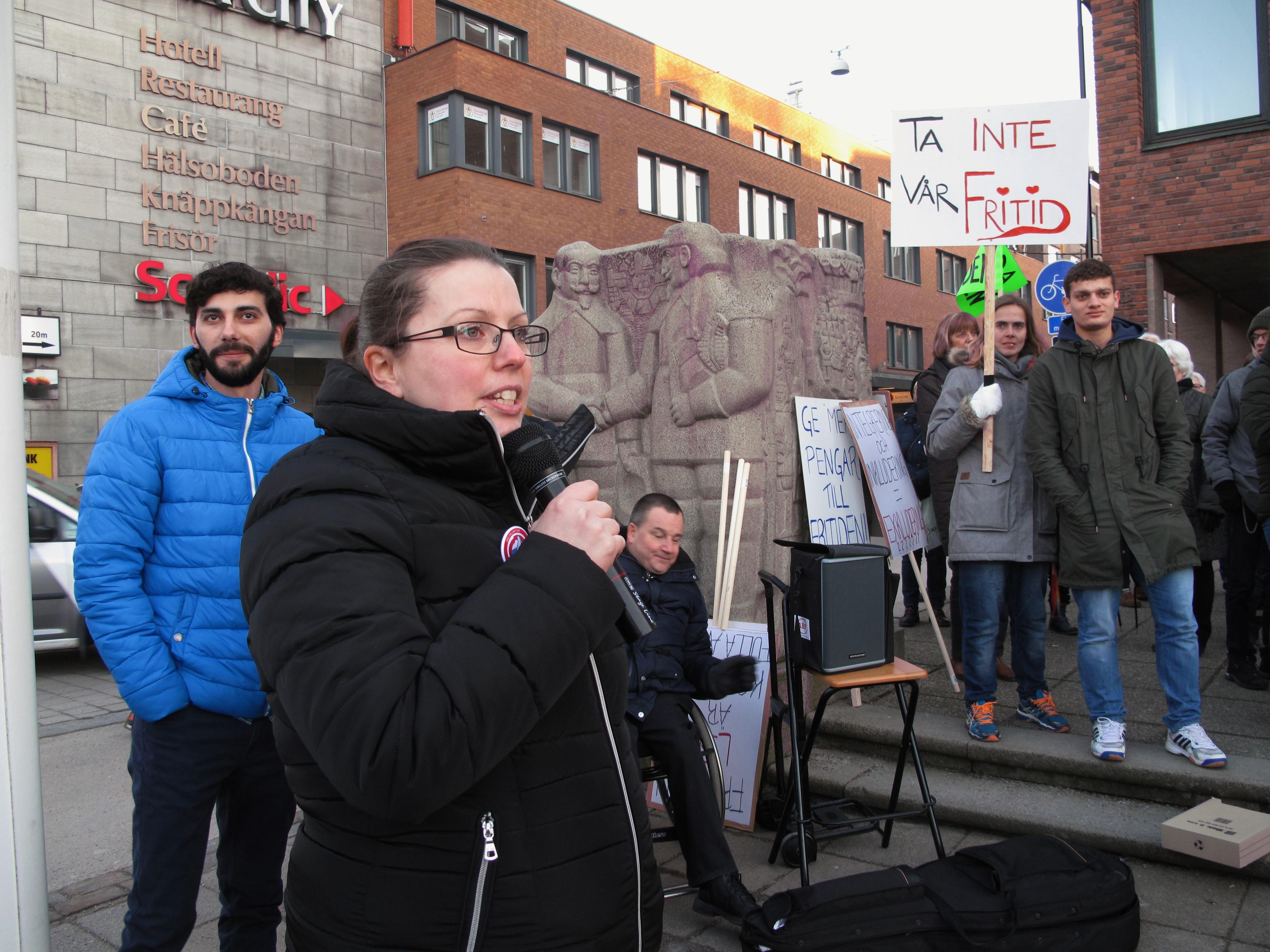 FUB ordförande Cecilia Kristensen håller tal