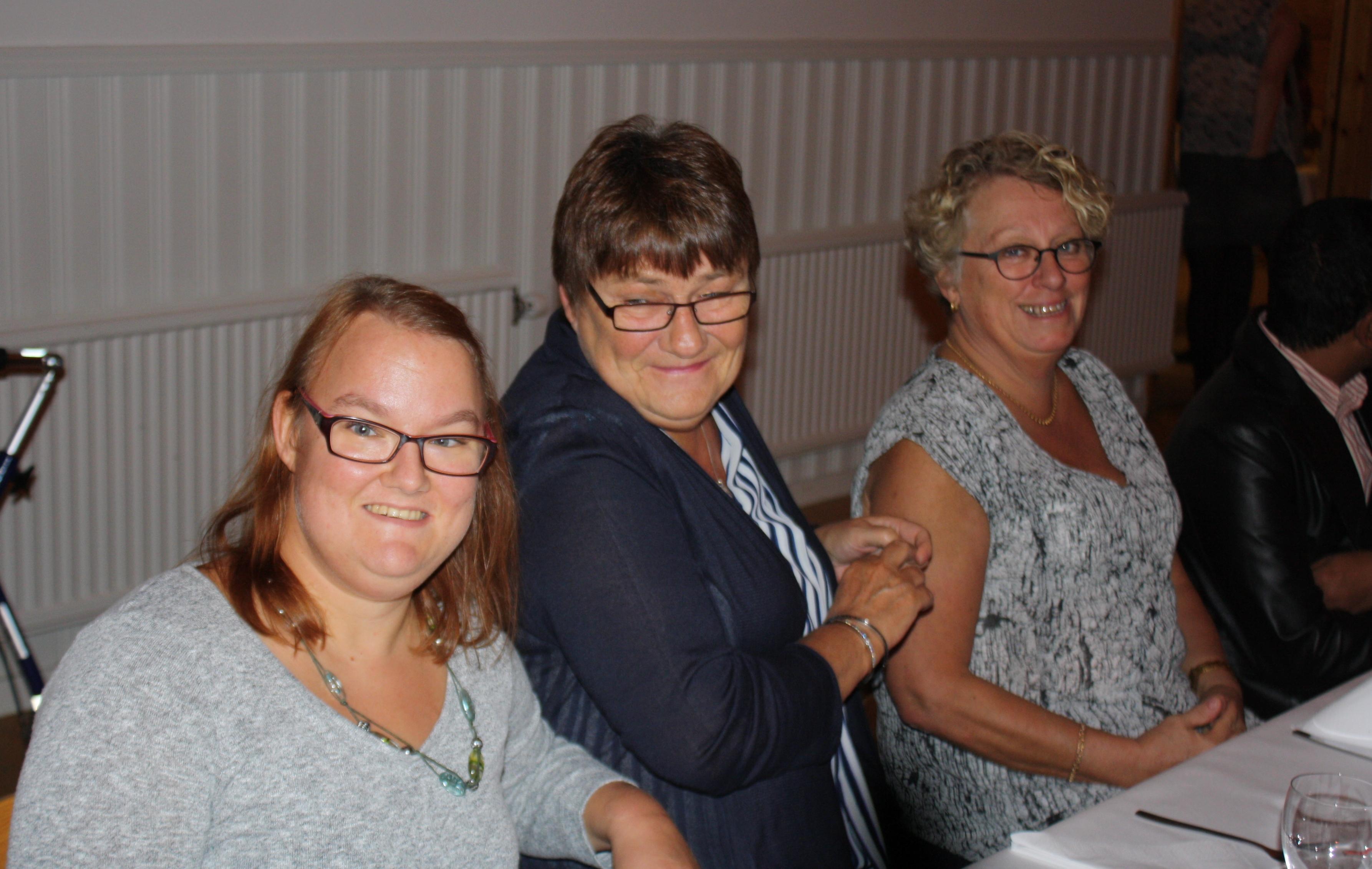 Amy, Kicki och Anneli väntar på god mat