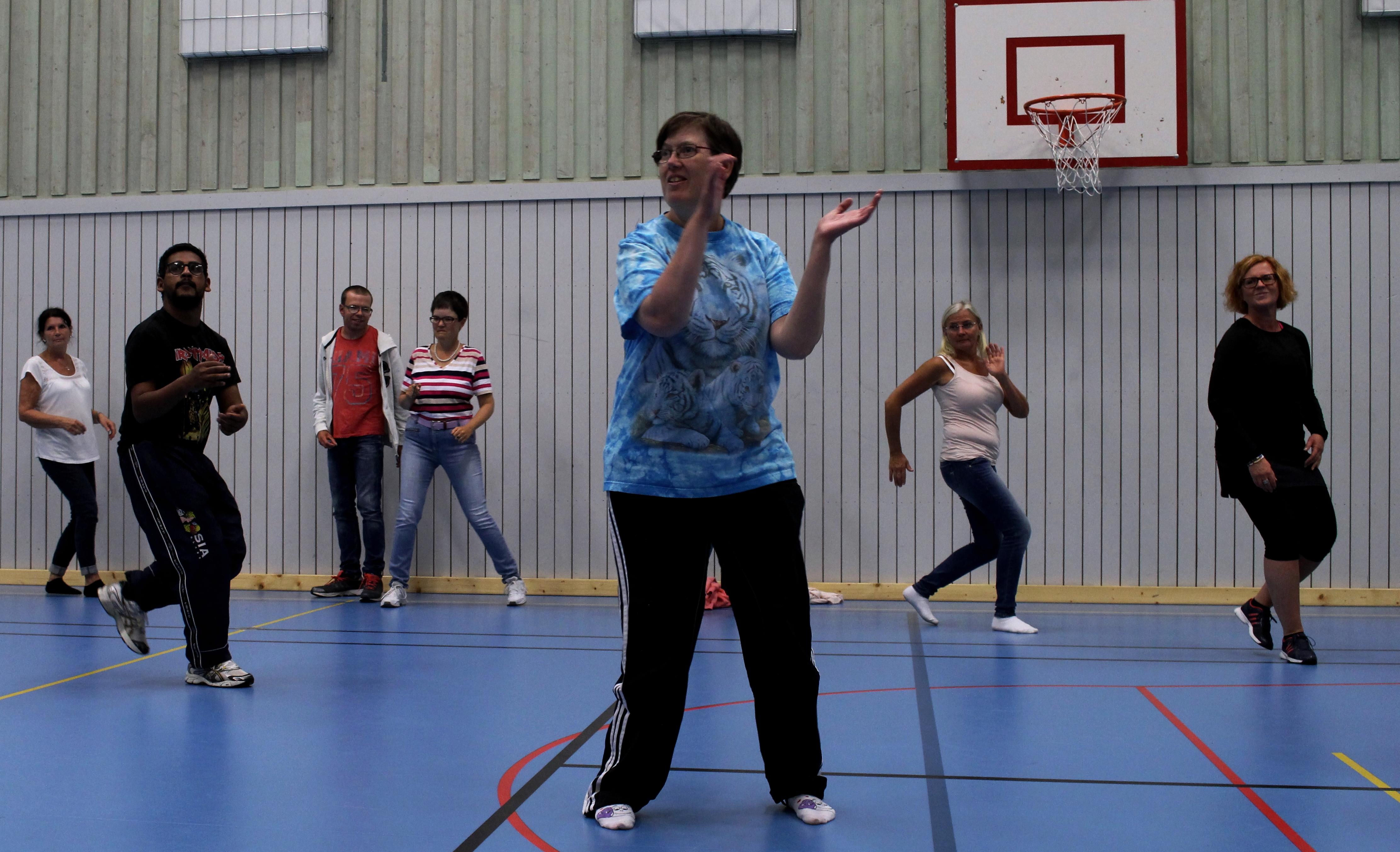 Gruppen dansar fuego