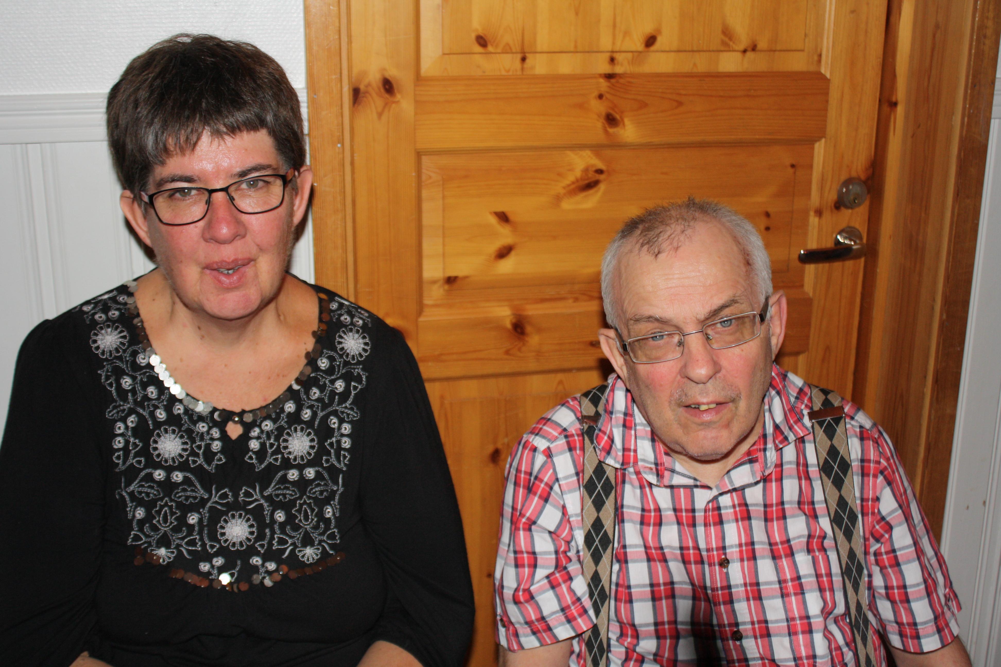 Elisabeth och Sven-Olof vilar benen efter dansen