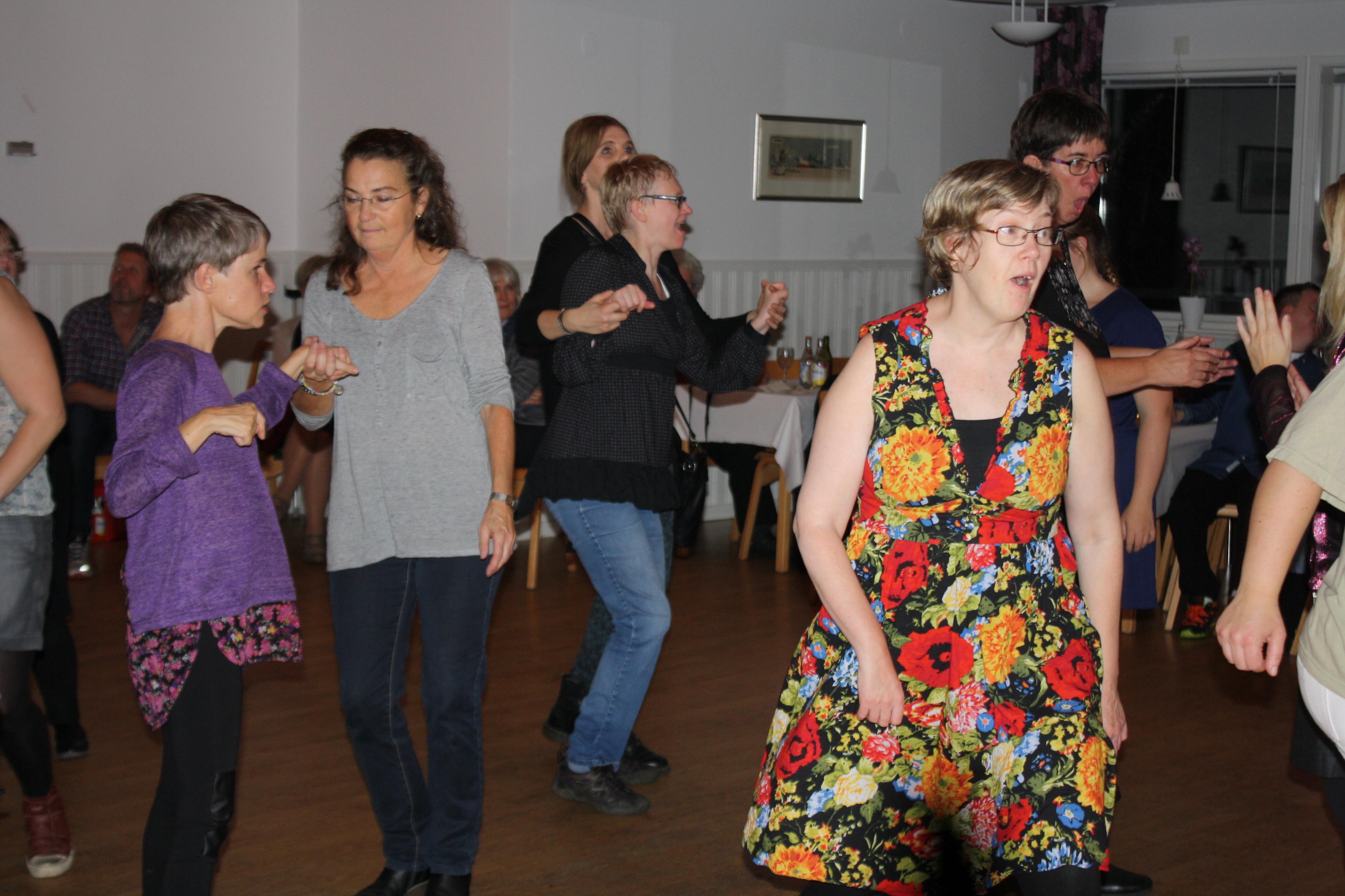 Gunilla med flera uppe och dansar