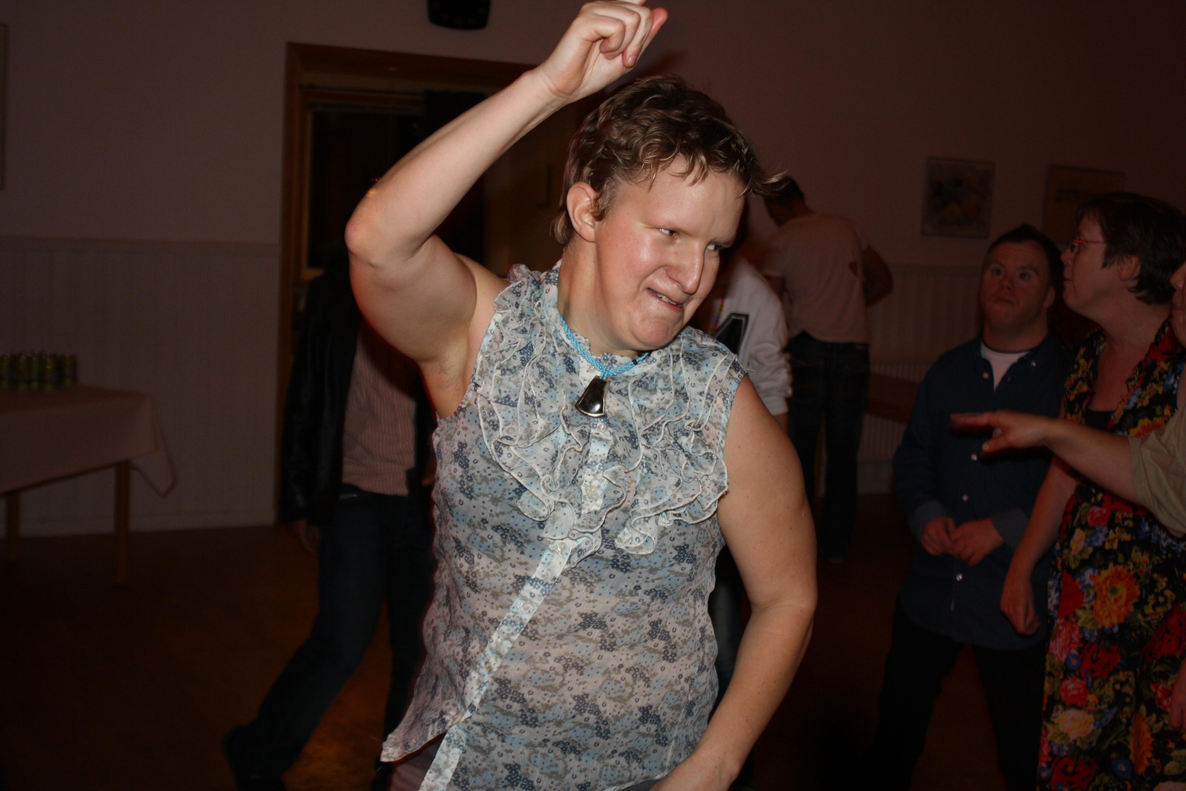 Elin rockar loss på dansgolvet