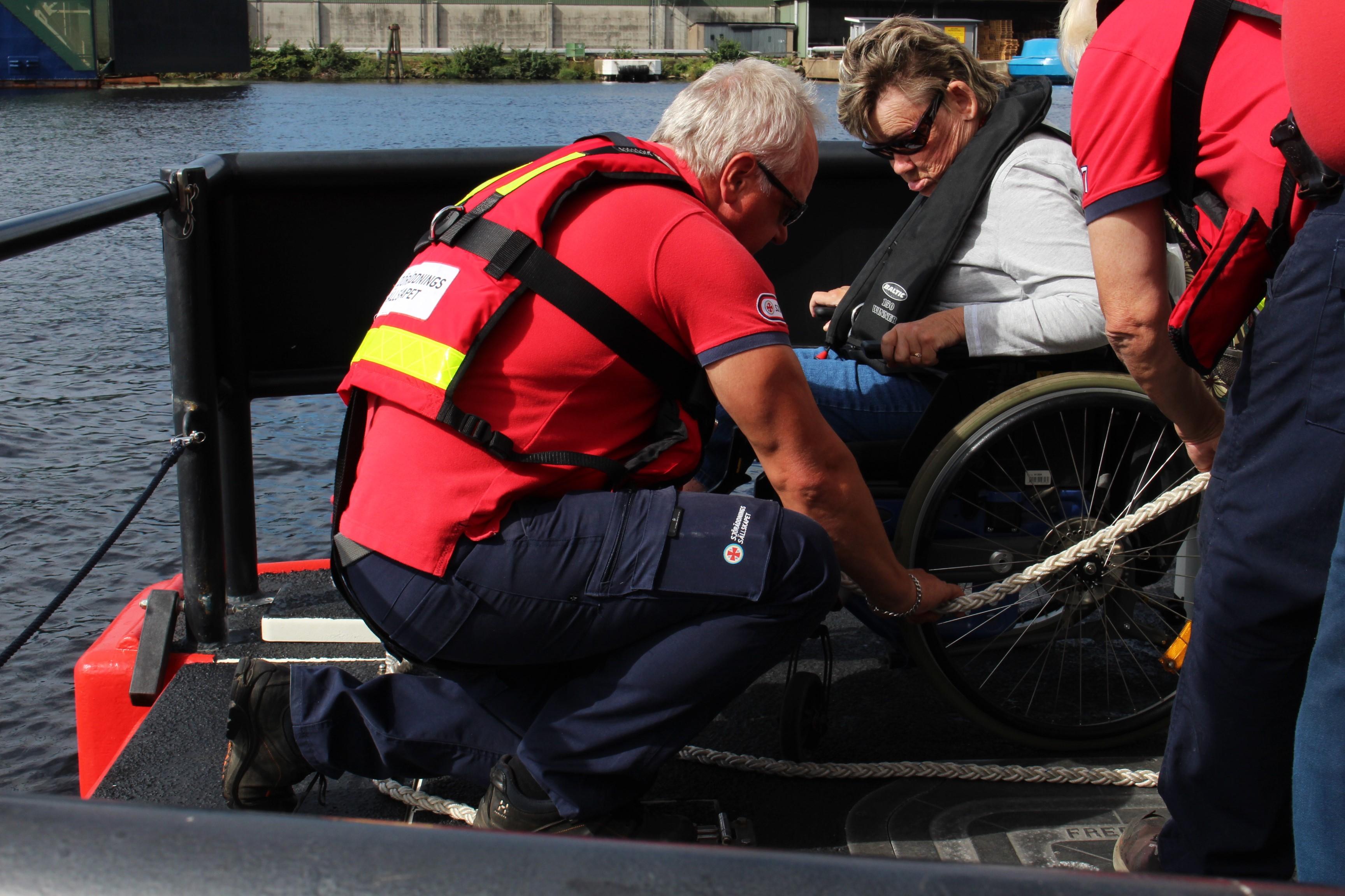 Anitas rullstol surras fast med starka rep