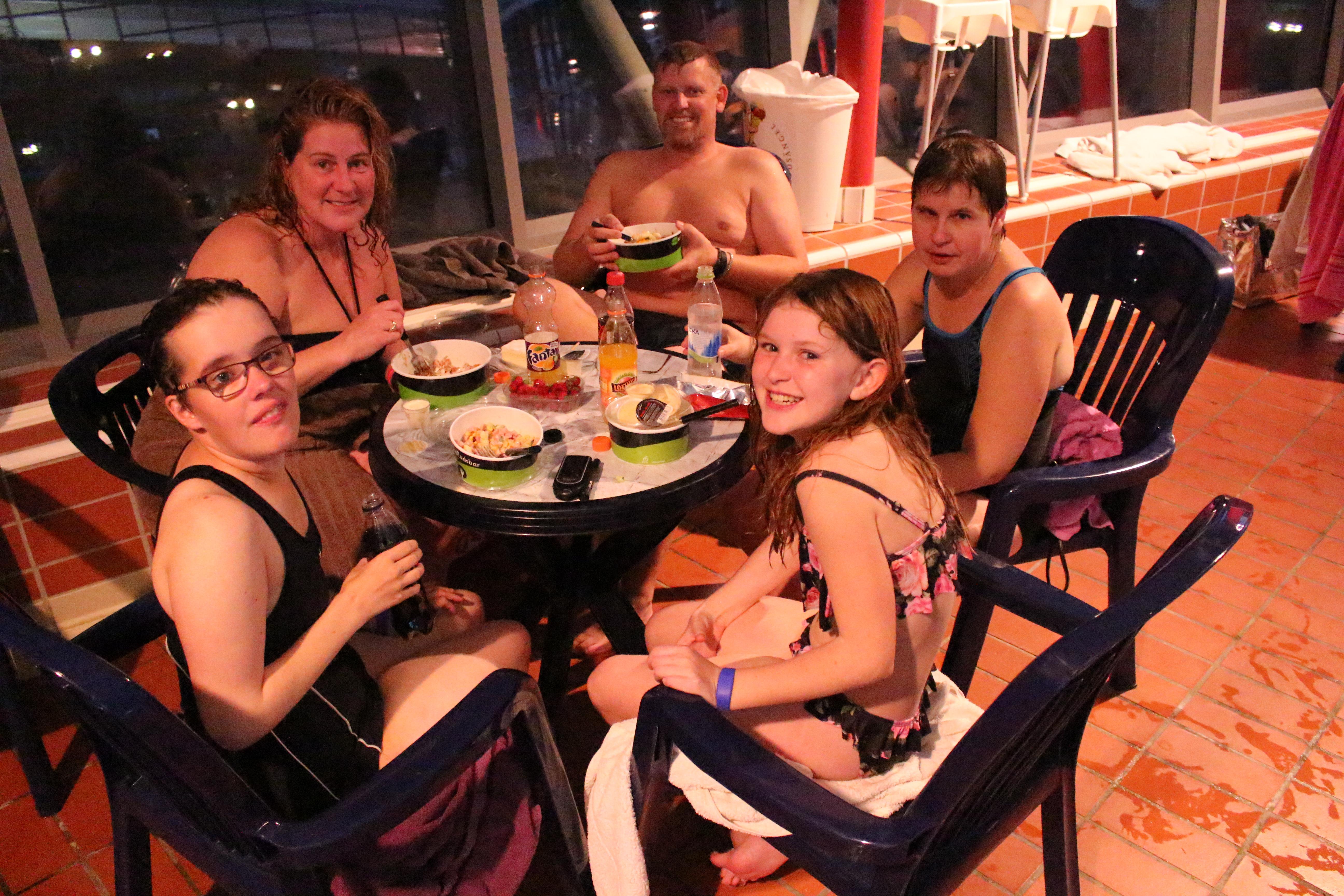 Familjen Stjernflyckt samlad för fikapaus