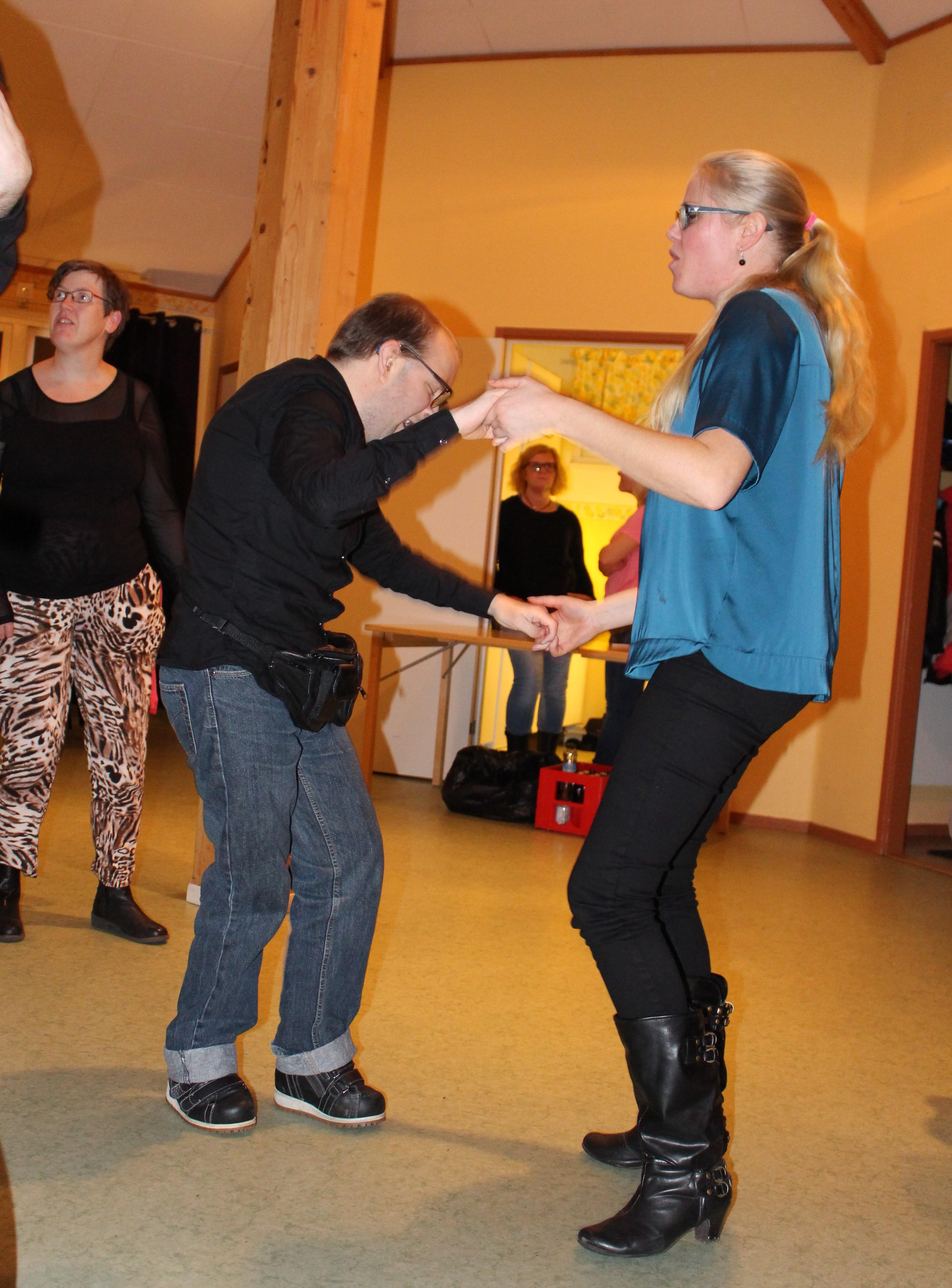 Björn och Anna dansar