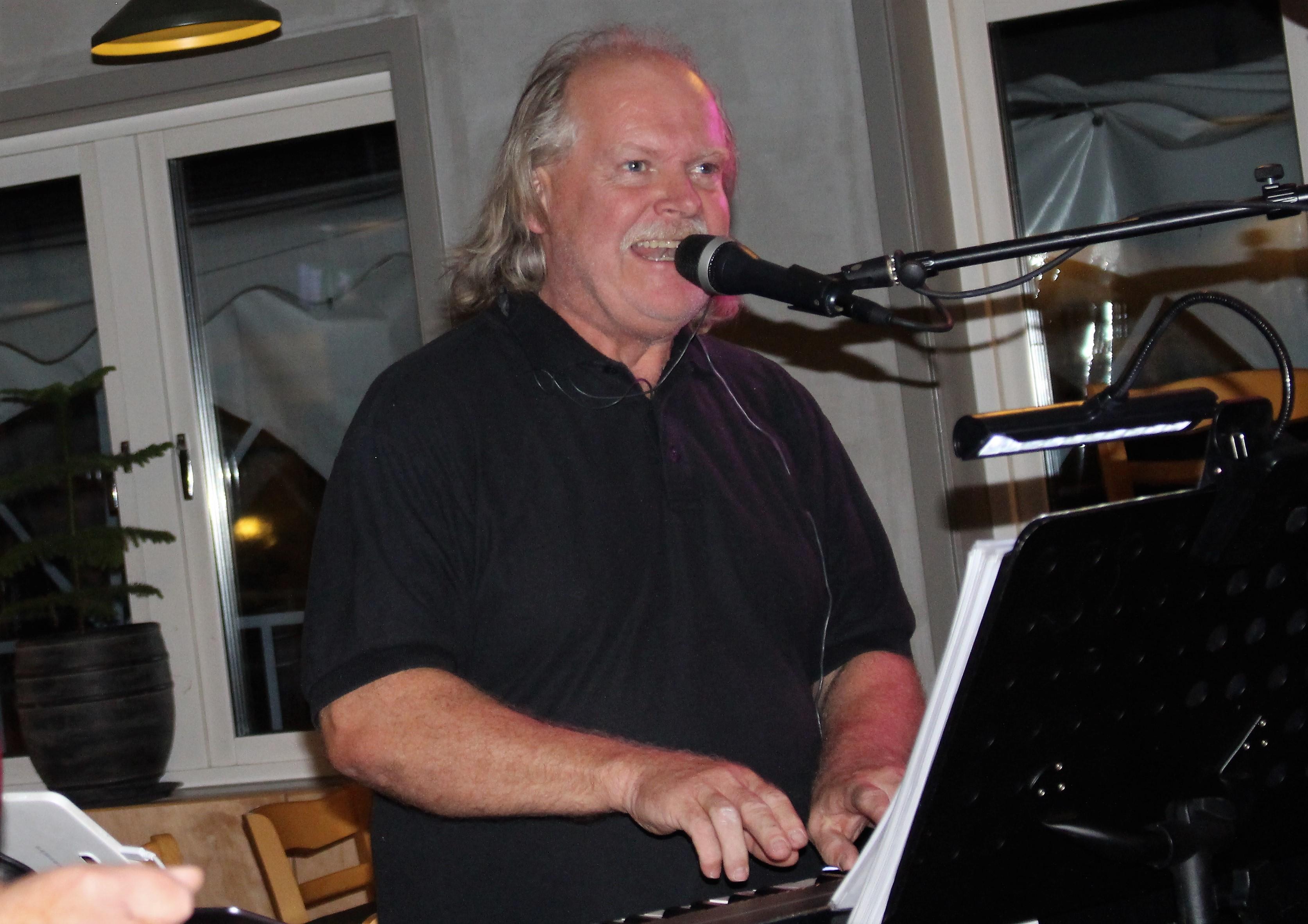 Christer Borg sjunger o spelar