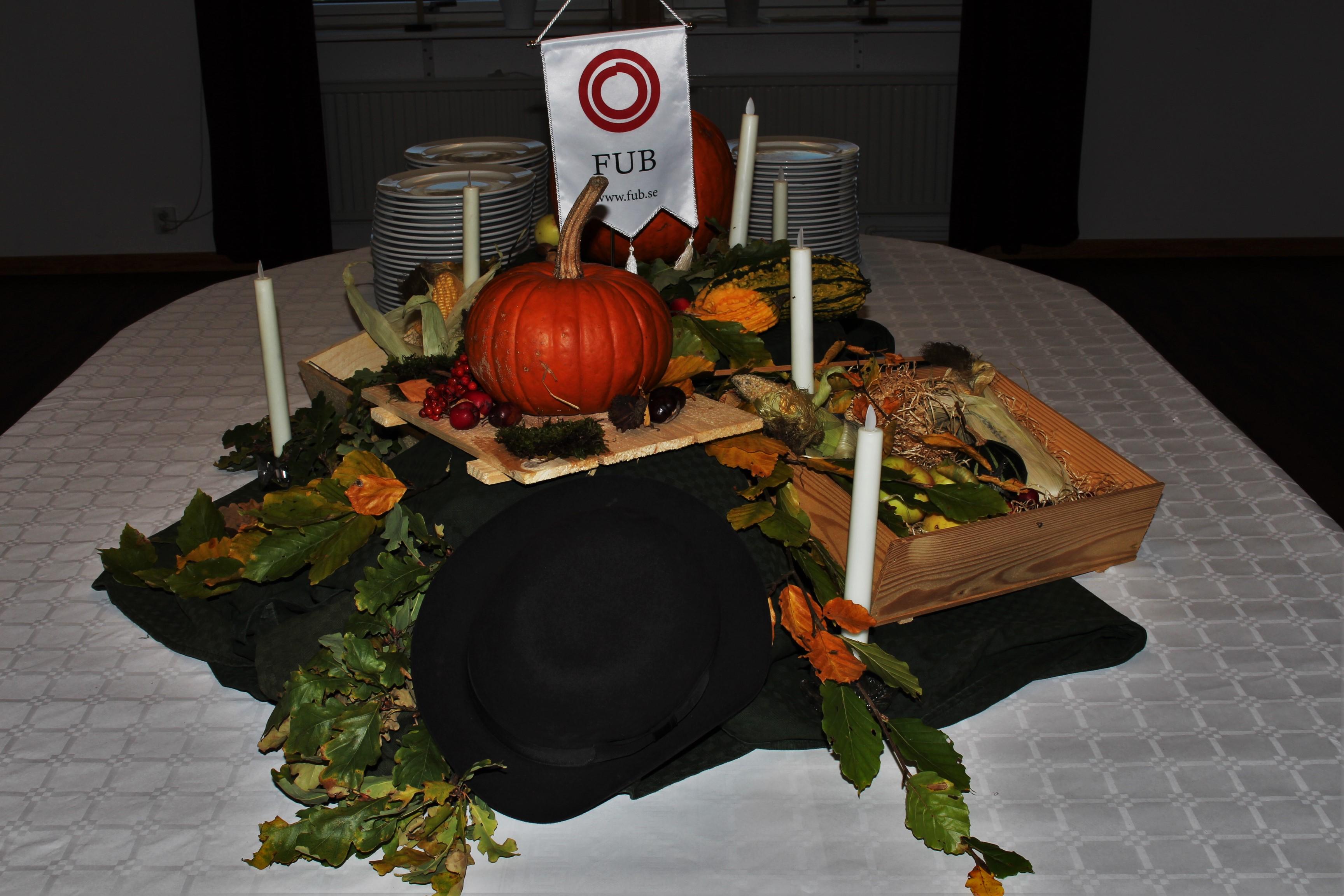 Dukat bord med pumpor och löv