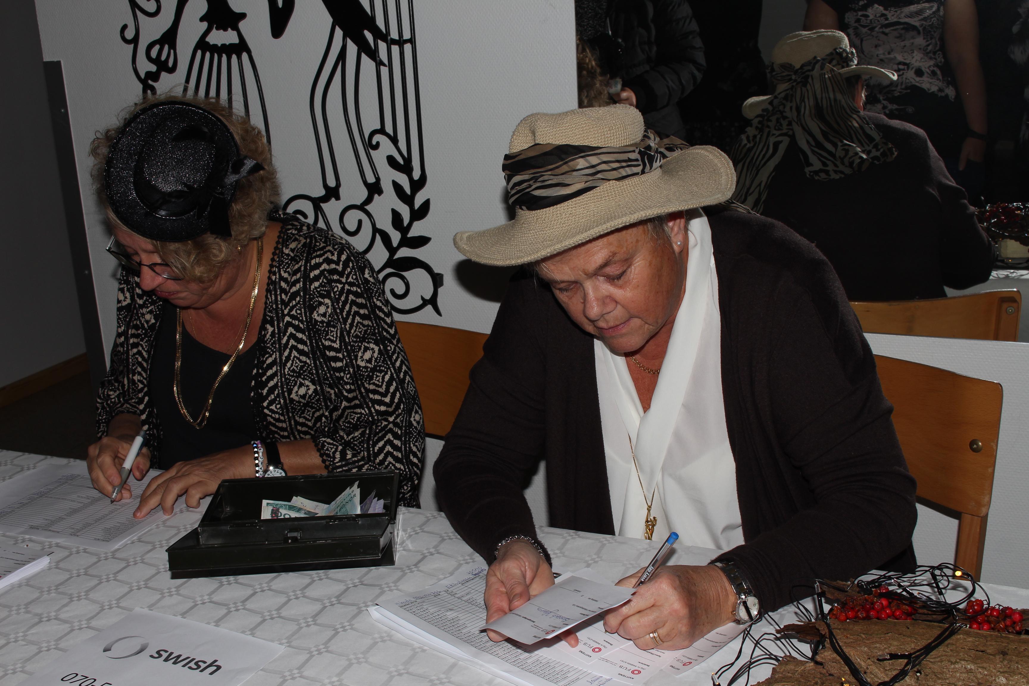 Anneli och Ann-Margret tar betalt