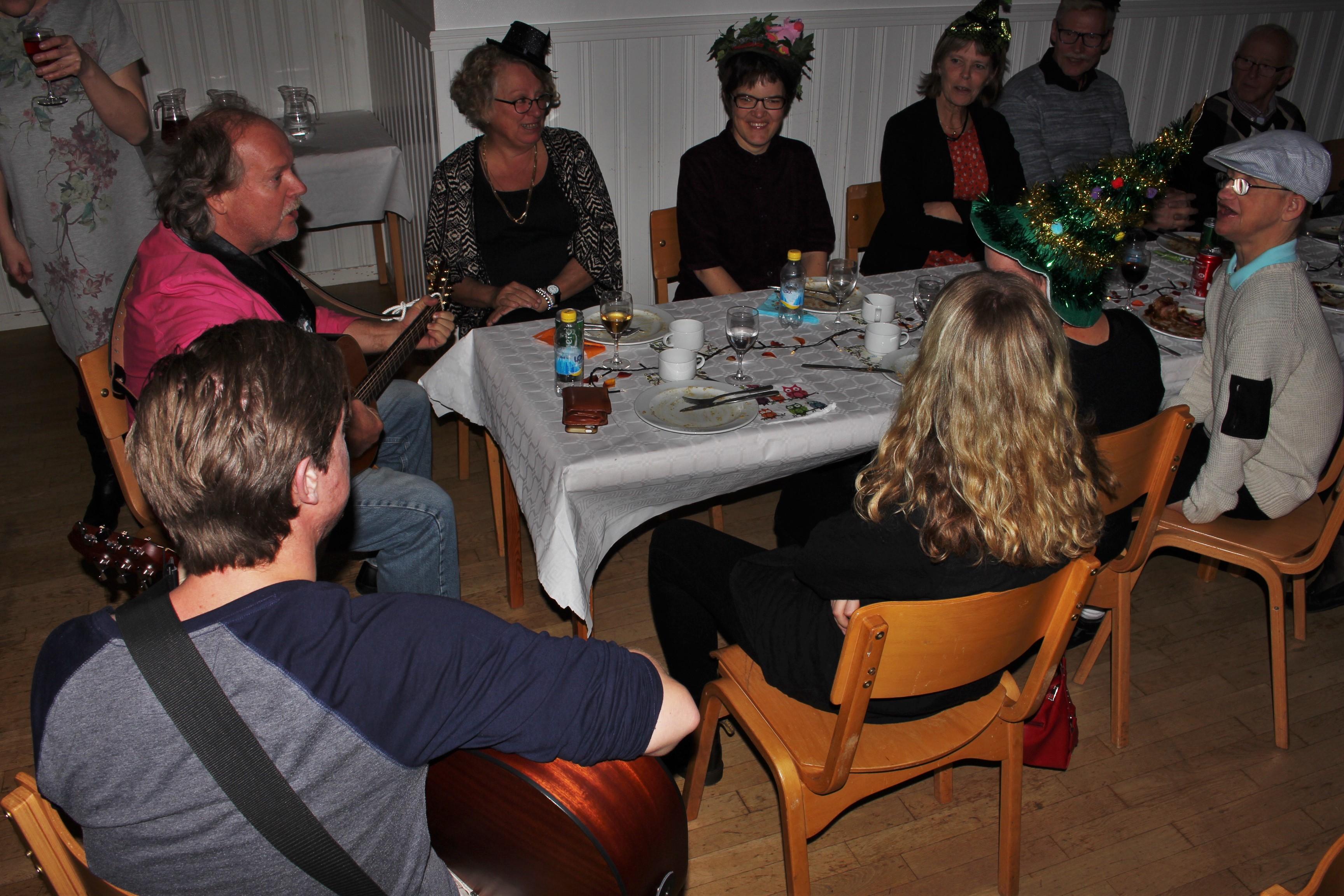 Christer i Rasmus spelar och sjunger