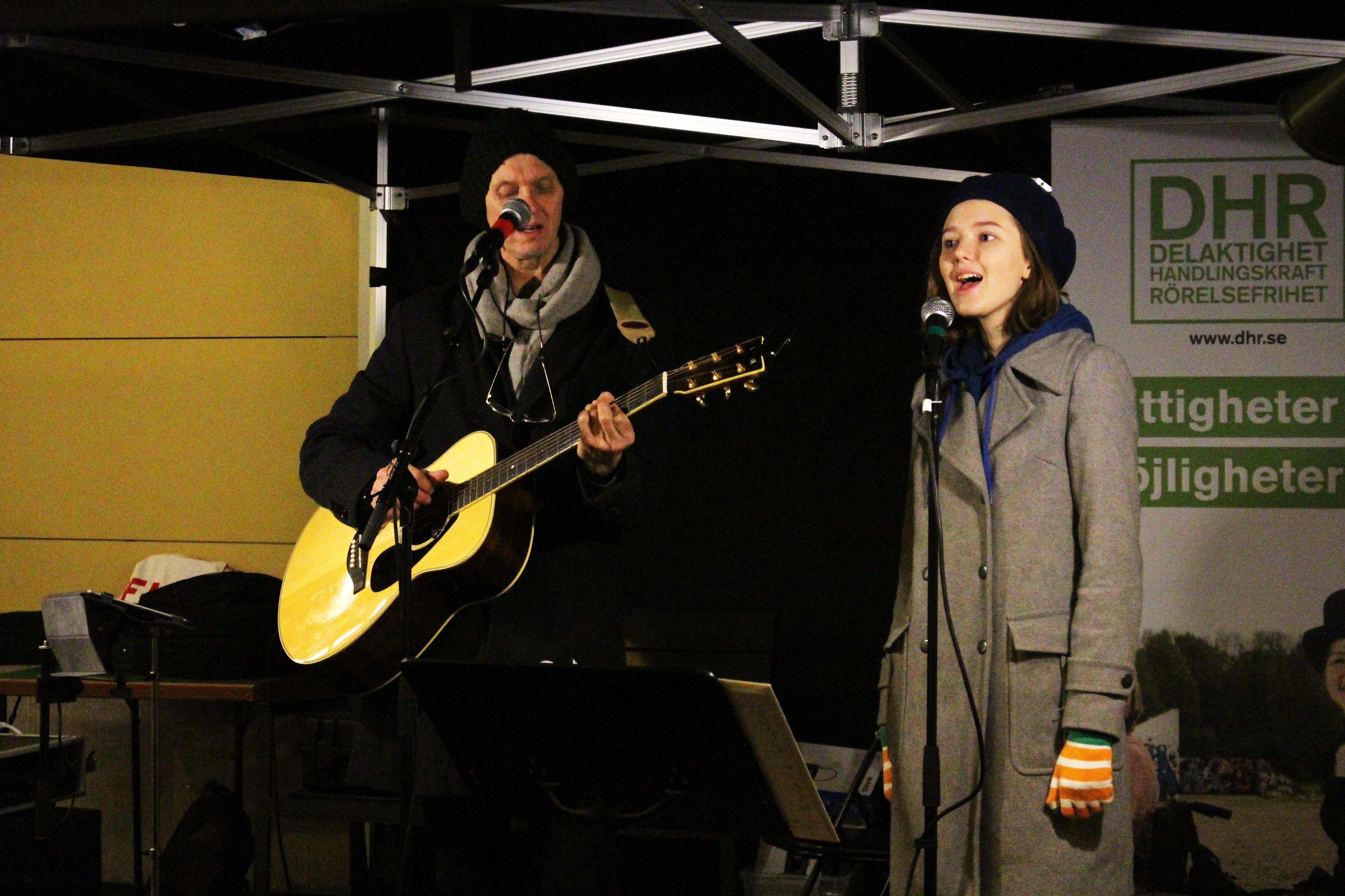 Ebba o Måns sjunger och spelar