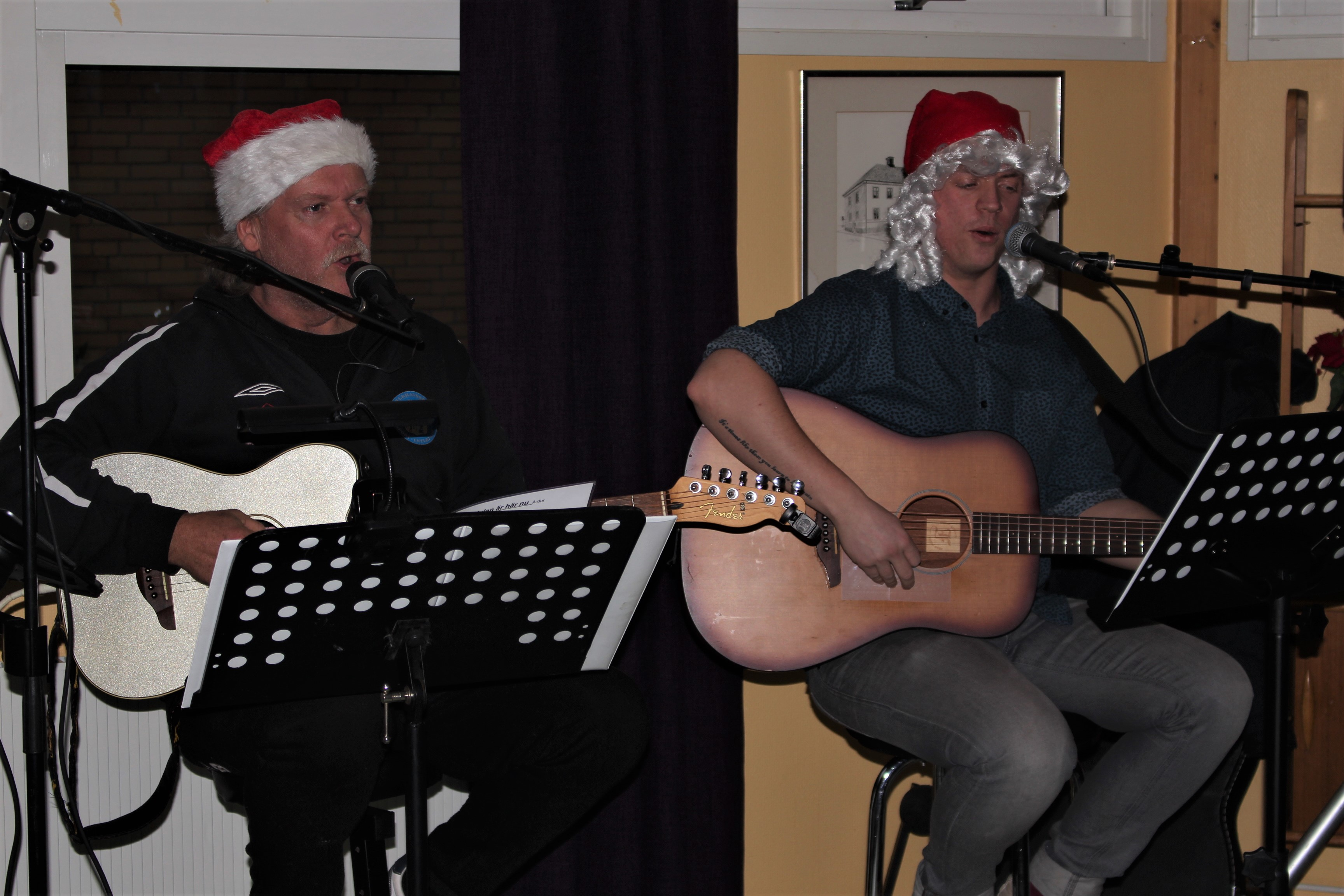 Christer och Rasmus spelar gitarr och sjunger