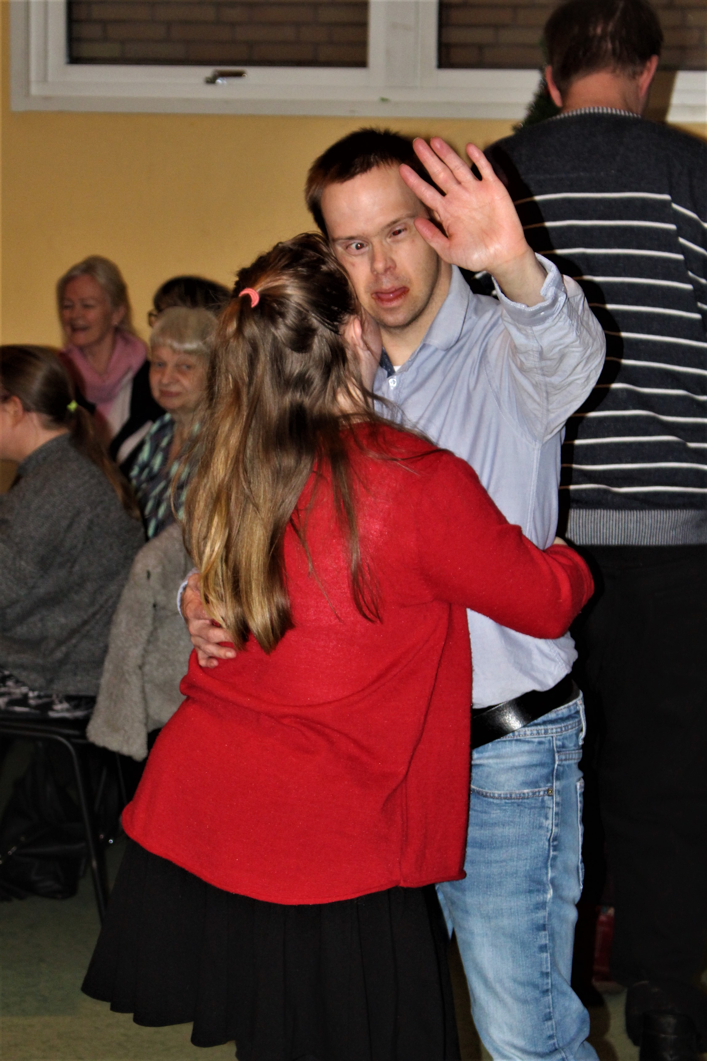 Emelie och Thomas dansar