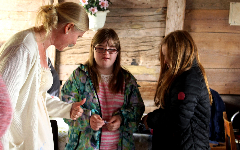 Maja och Ebba hjälper till att dra vinnare