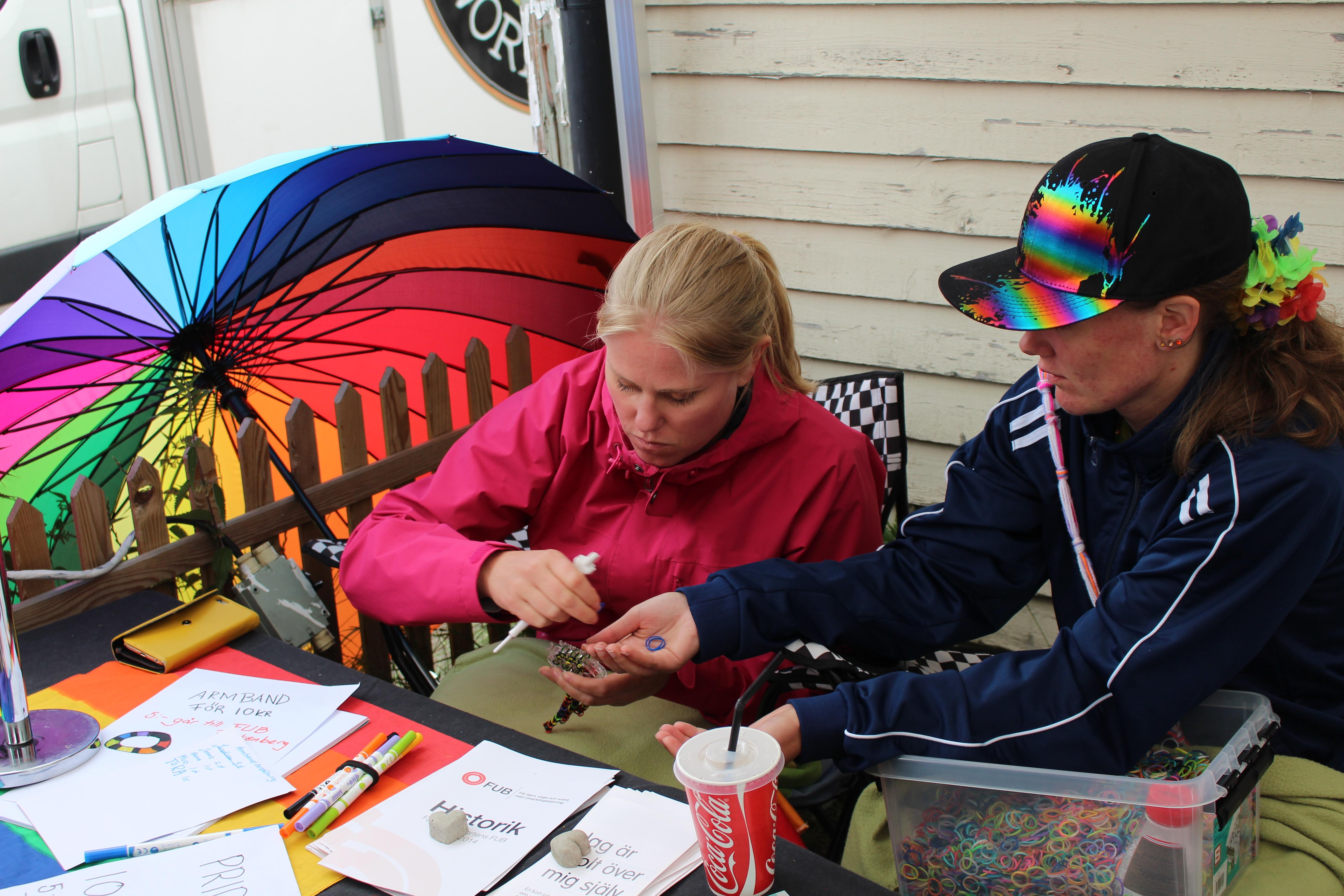 Anna och Sara gör Pridearmband