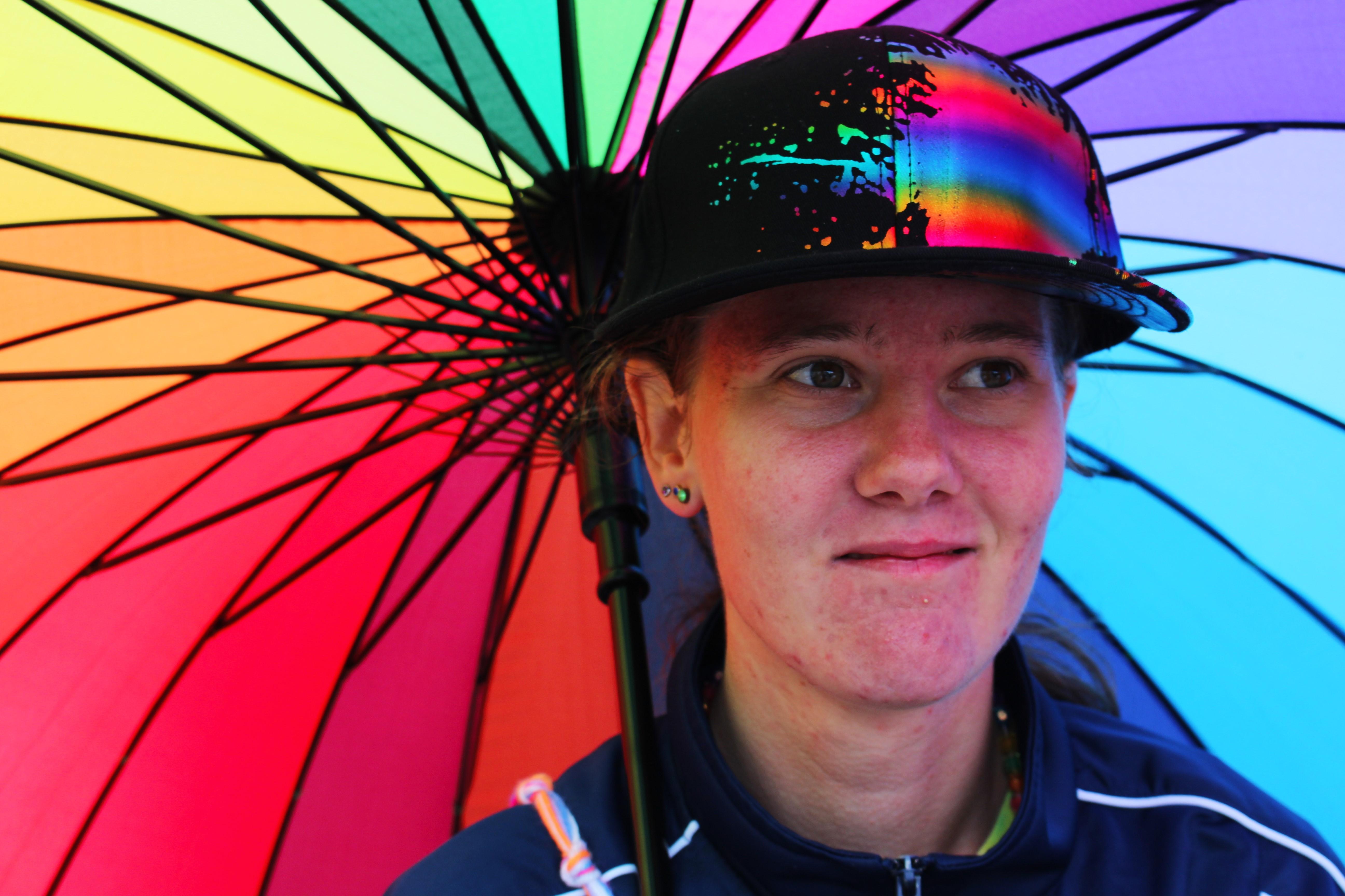 Sara med sitt fina Prideparaply