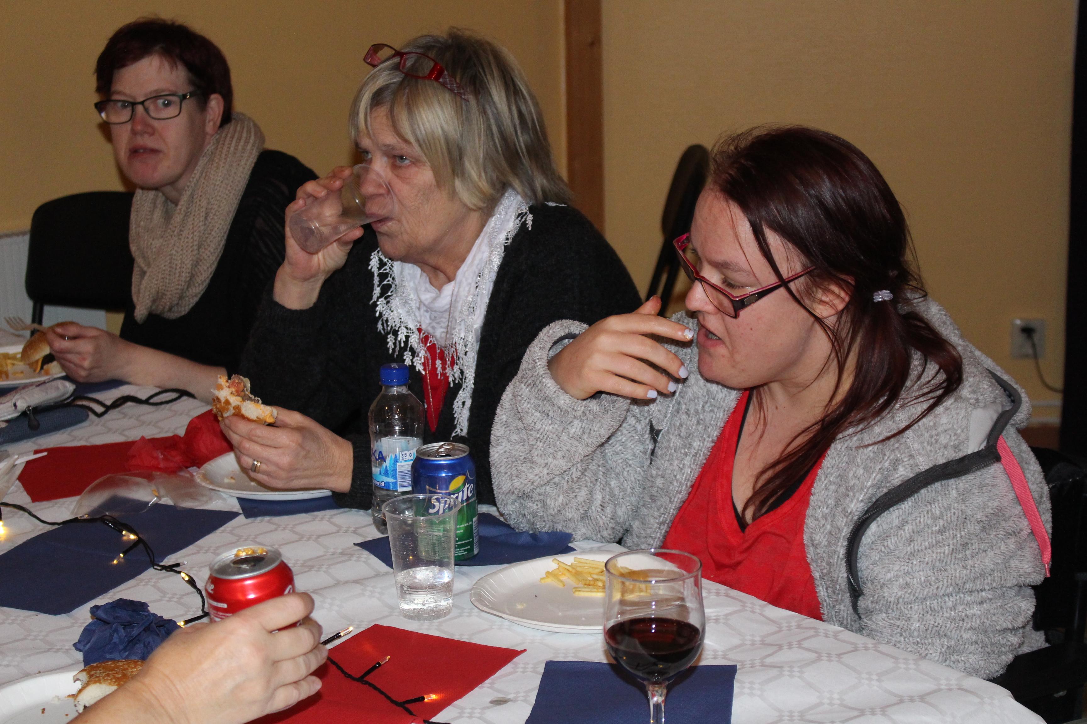 Amy, Marianne och Gunilla vid samma bord