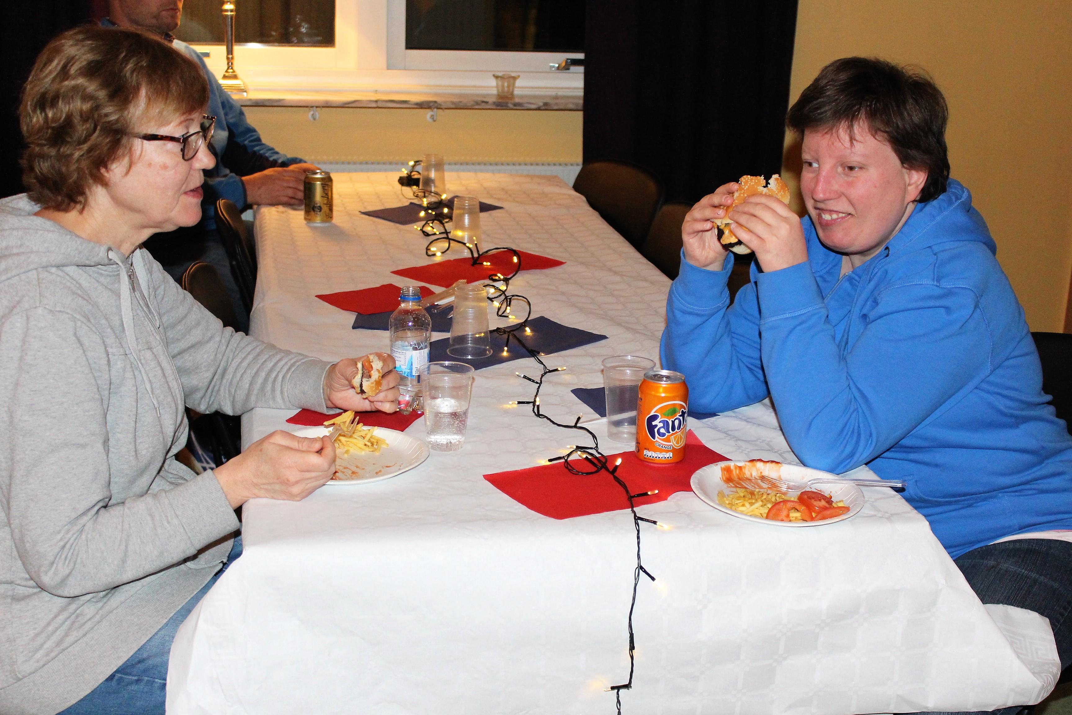 Marlene äter tillsammans med sin personal