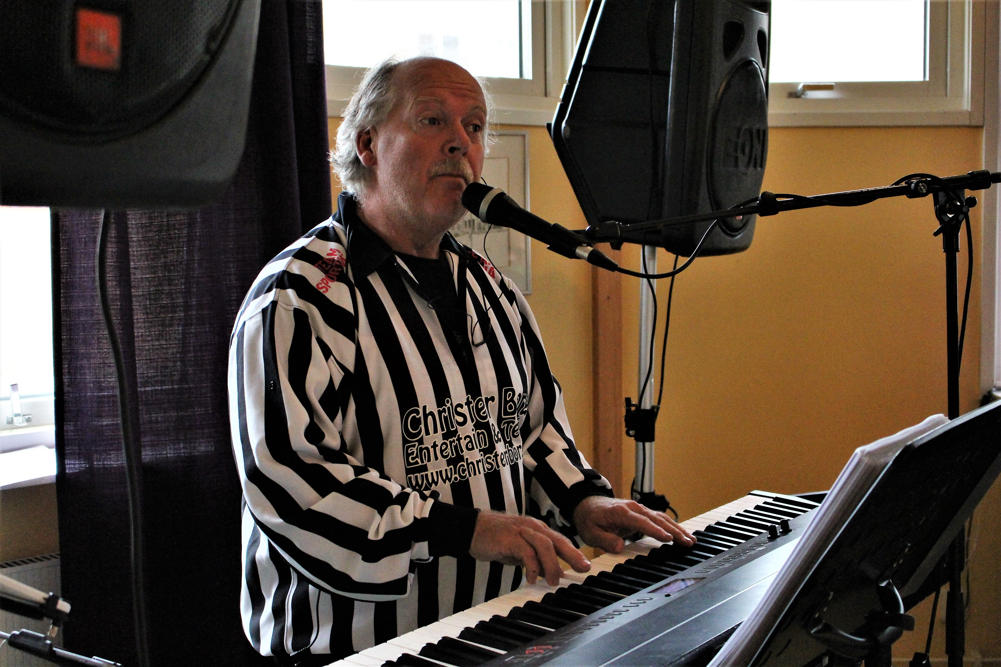 Christer spelar piano
