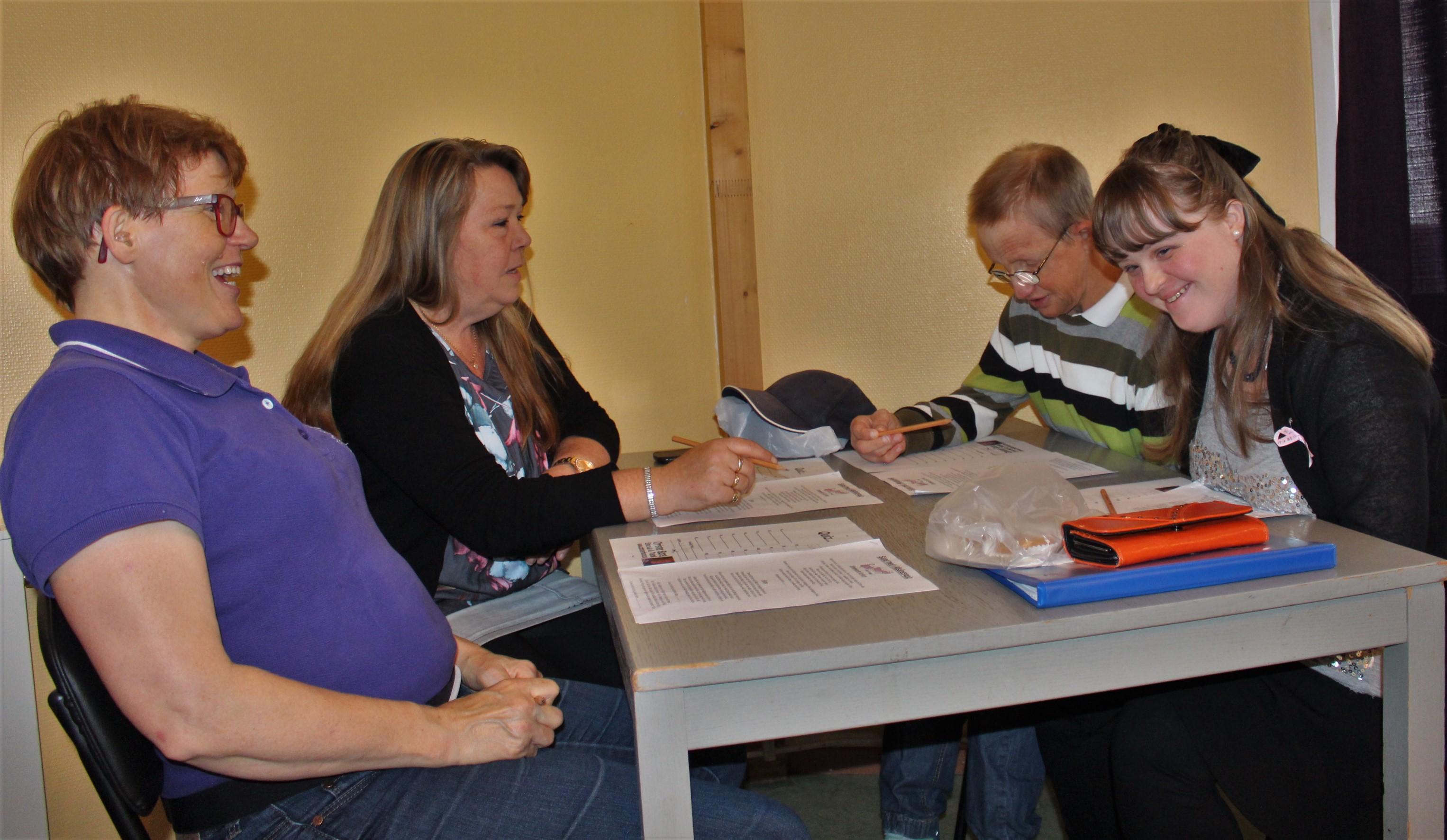 Deltagarna diskuterar svar på frågor