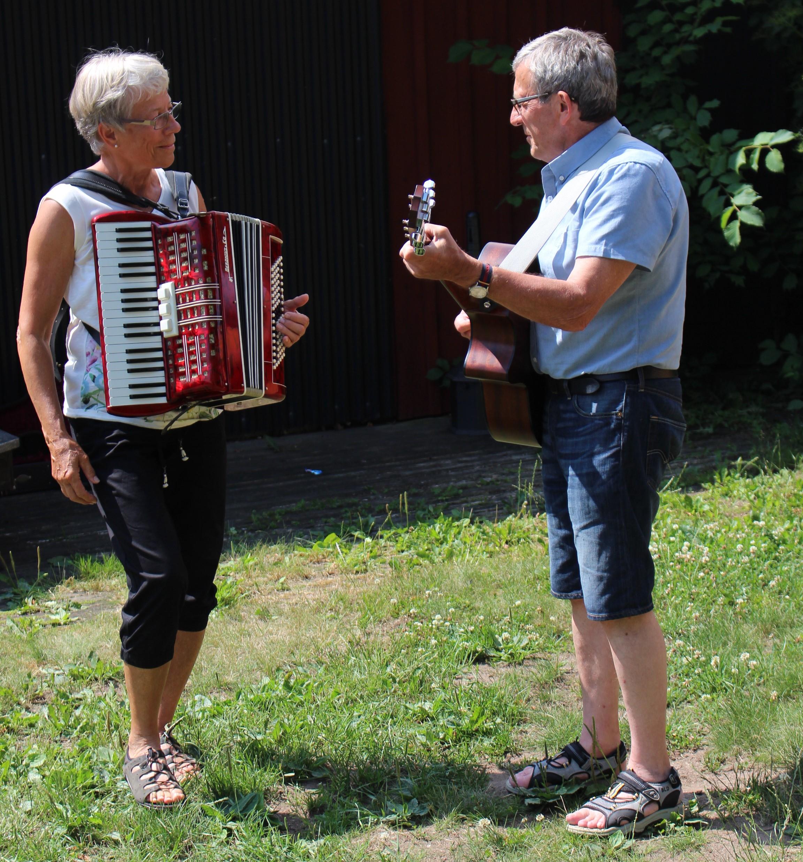 Gunnel och Kalle spelar när deltagarna kommer