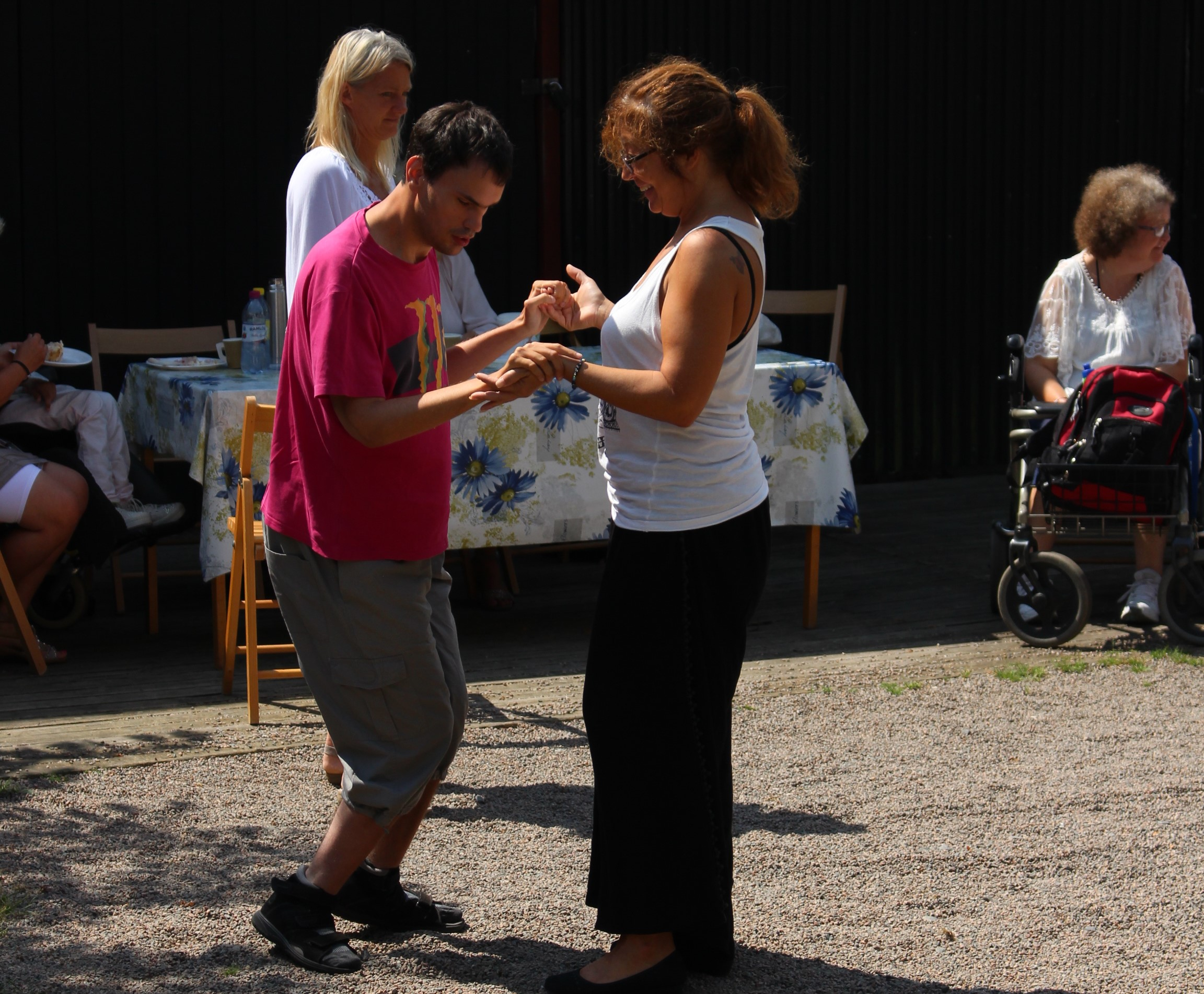 Micke dansar med sin assistent