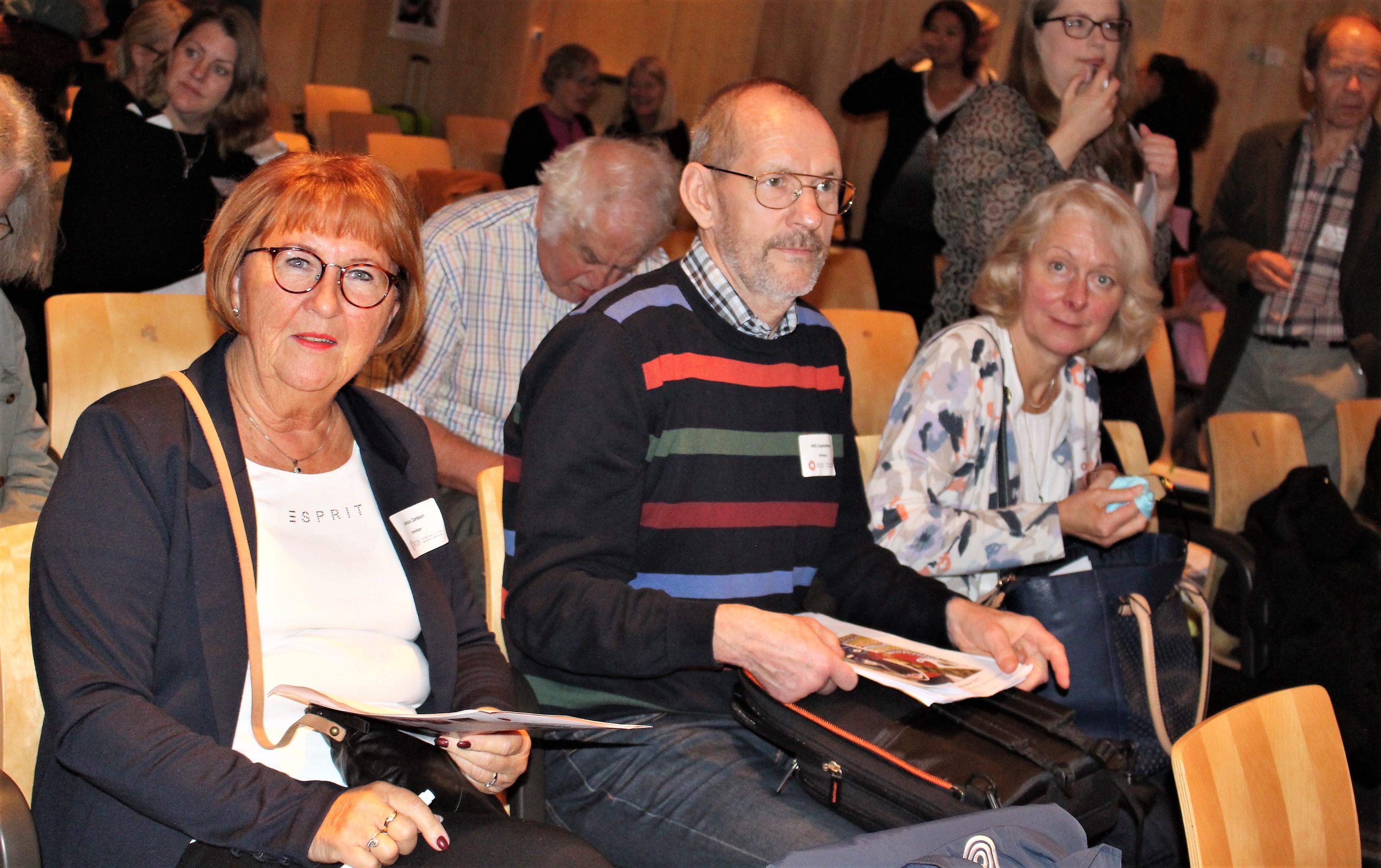 Monica, Willy och Karin väntar på att nästa föreläsare ska upp på scen