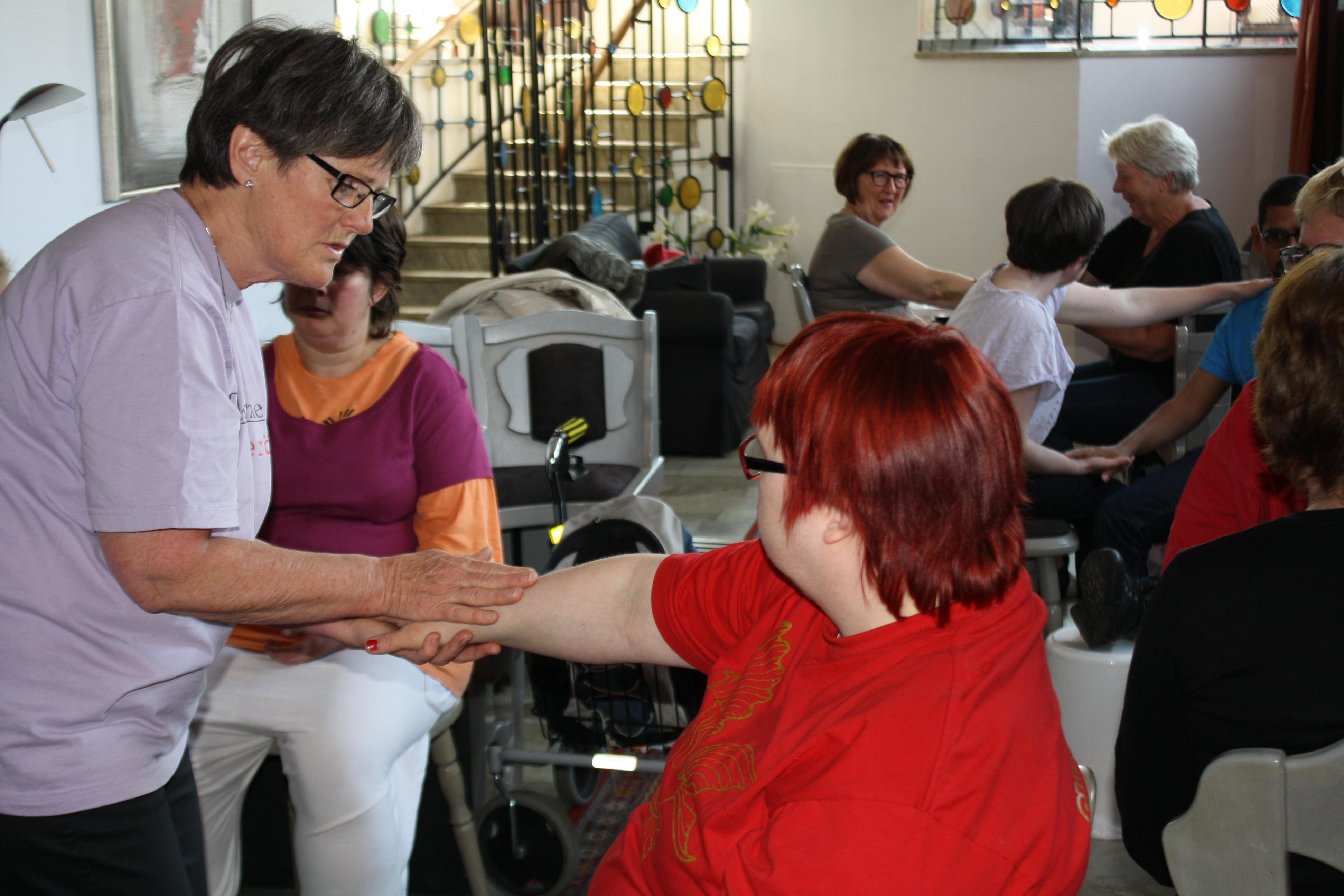 Christina visar Taktil massage